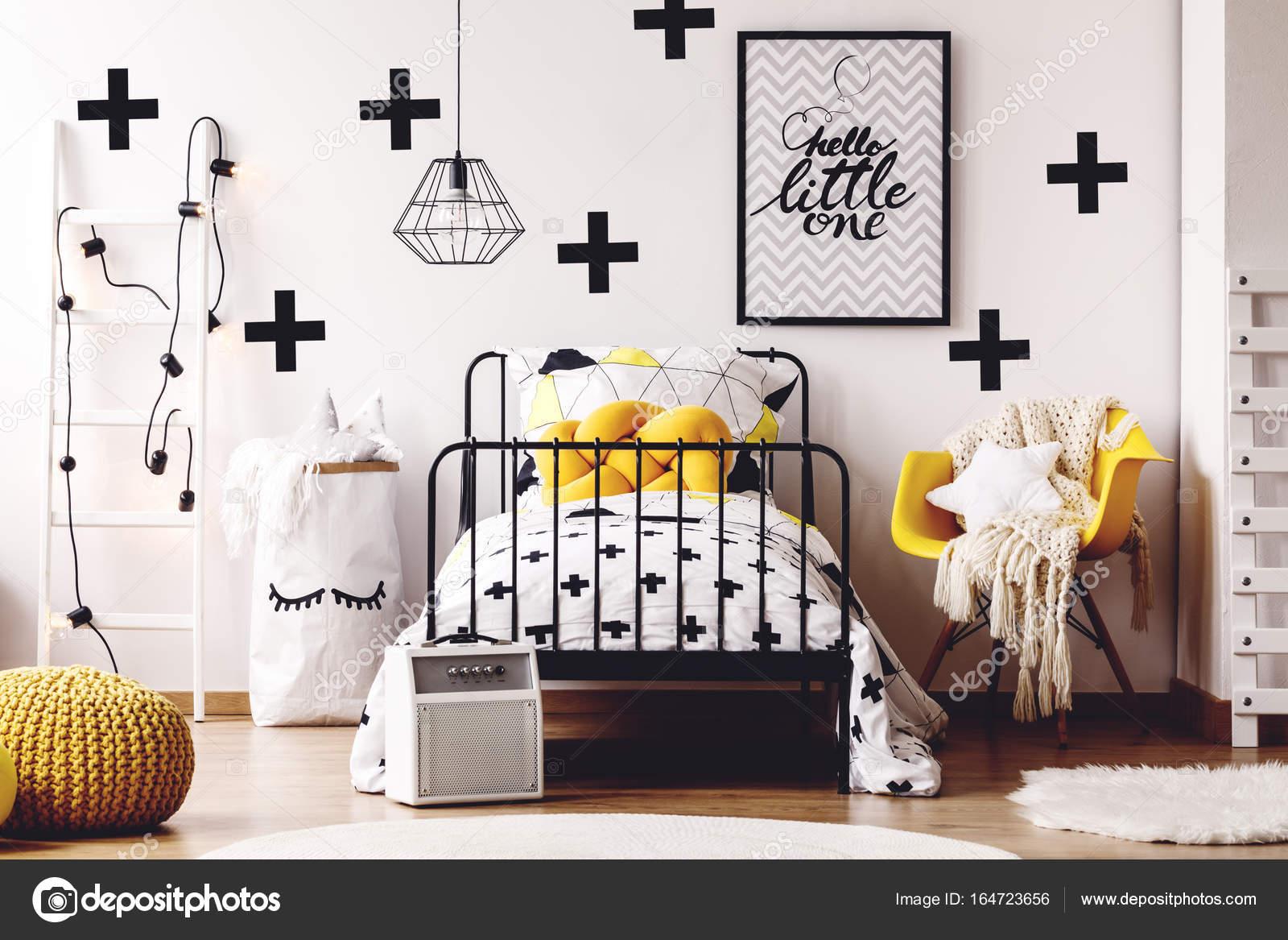 Behang Kinderkamer Scandinavisch : Kinderkamer met gele meubilair u stockfoto photographee eu