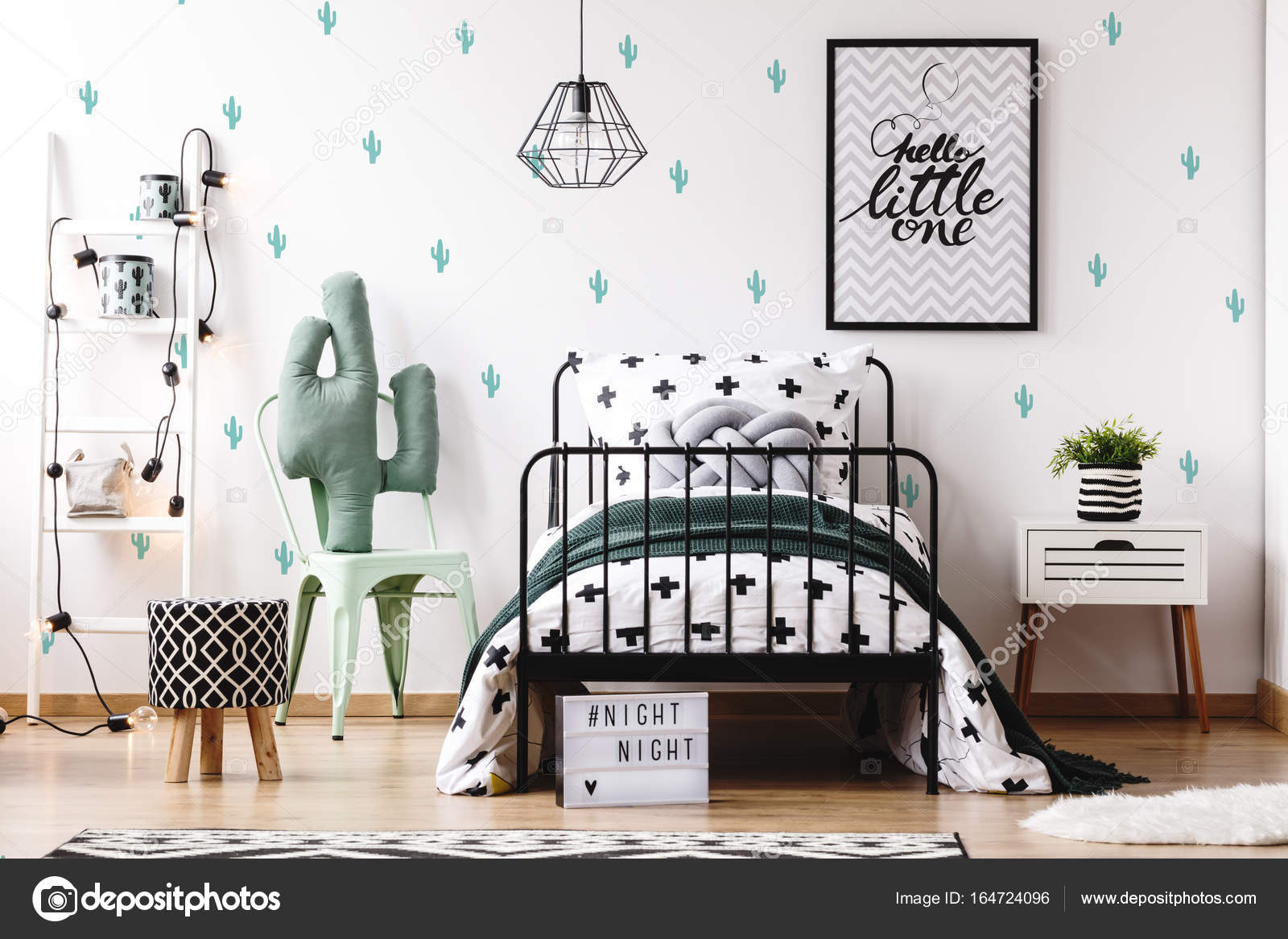 Arredamento camerette con carta da parati sveglia — Foto Stock ...