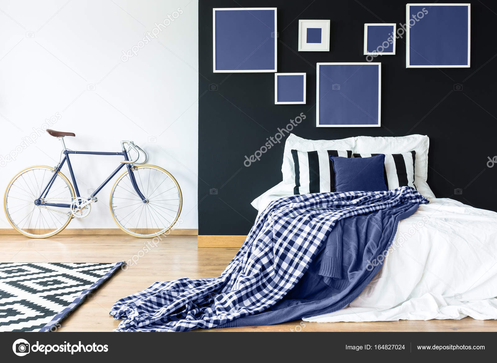 Letto king-size contro parete nera — Foto Stock ...