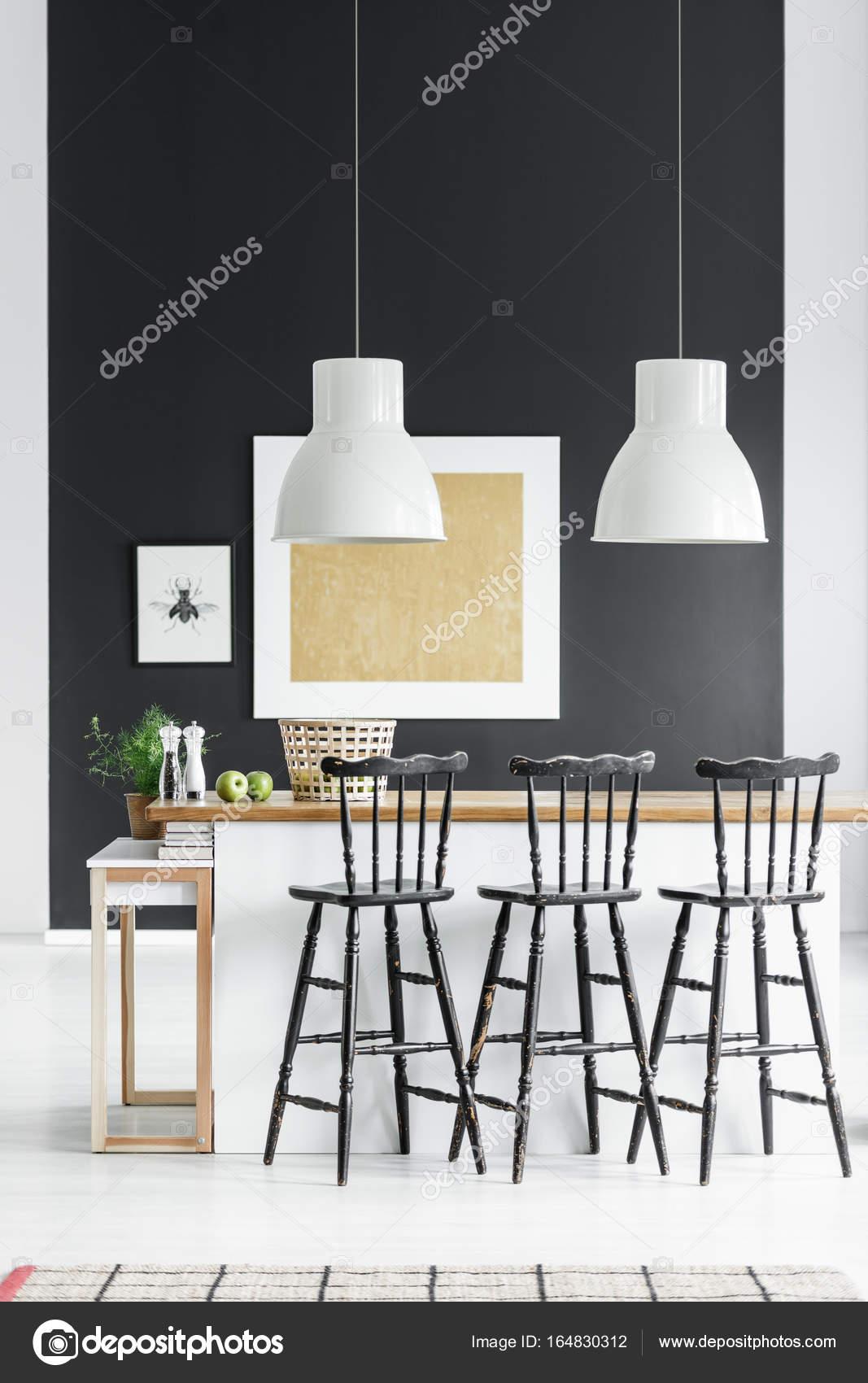 Weißen Lampen über Der Arbeitsplatte Mit Schwarzen Barhocker In Der Küche  Mit Gold Malerei Auf Schwarze Wand U2014 Foto Von Photographee.eu