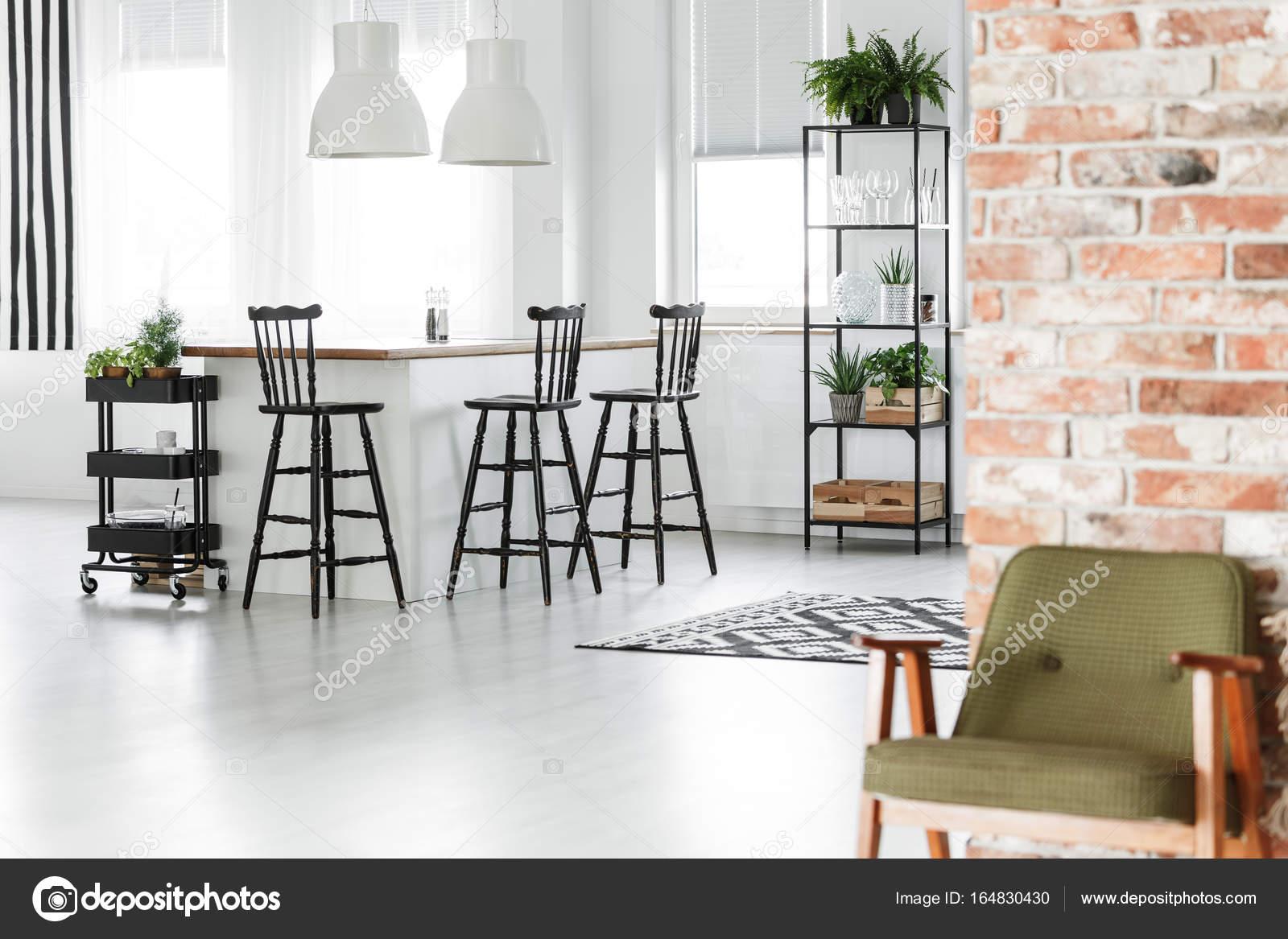 Retro-Küche mit roten Wand — Stockfoto © photographee.eu #164830430