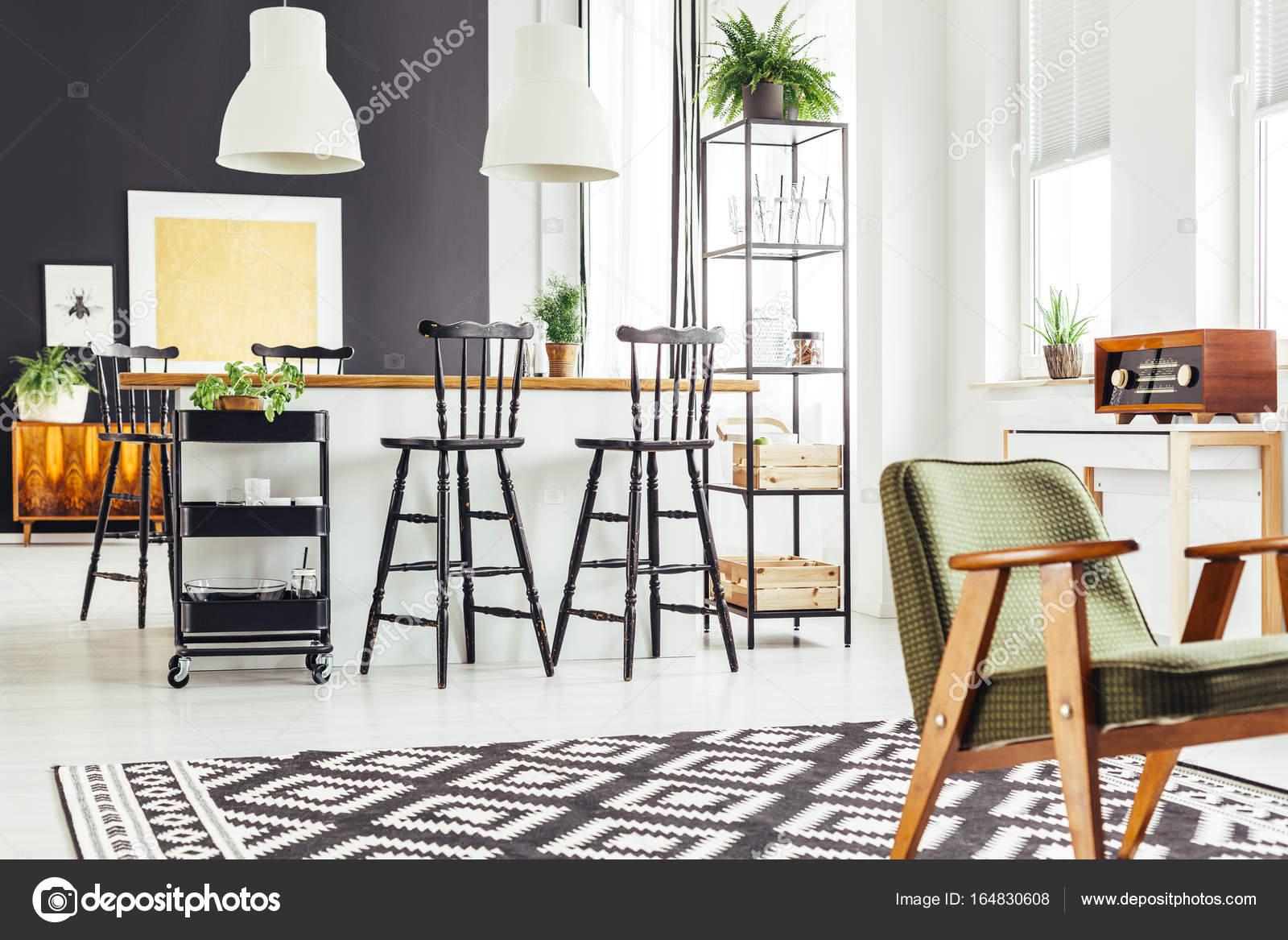 Cucina con rustico sedia verde u foto stock photographee eu