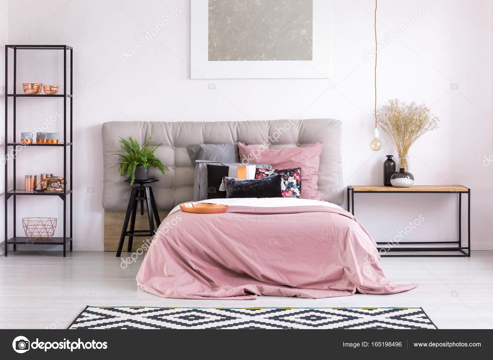 Cama King size con edredón rosa — Fotos de Stock © photographee.eu ...