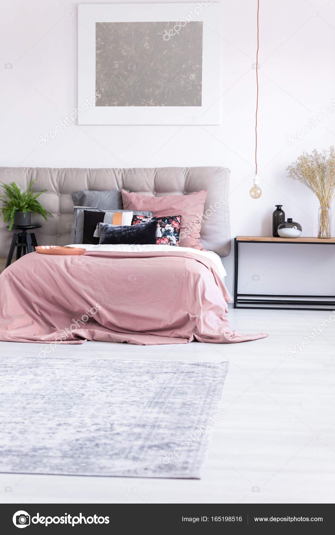 Minimale slaapkamer met zilveren schilderij — Stockfoto ...