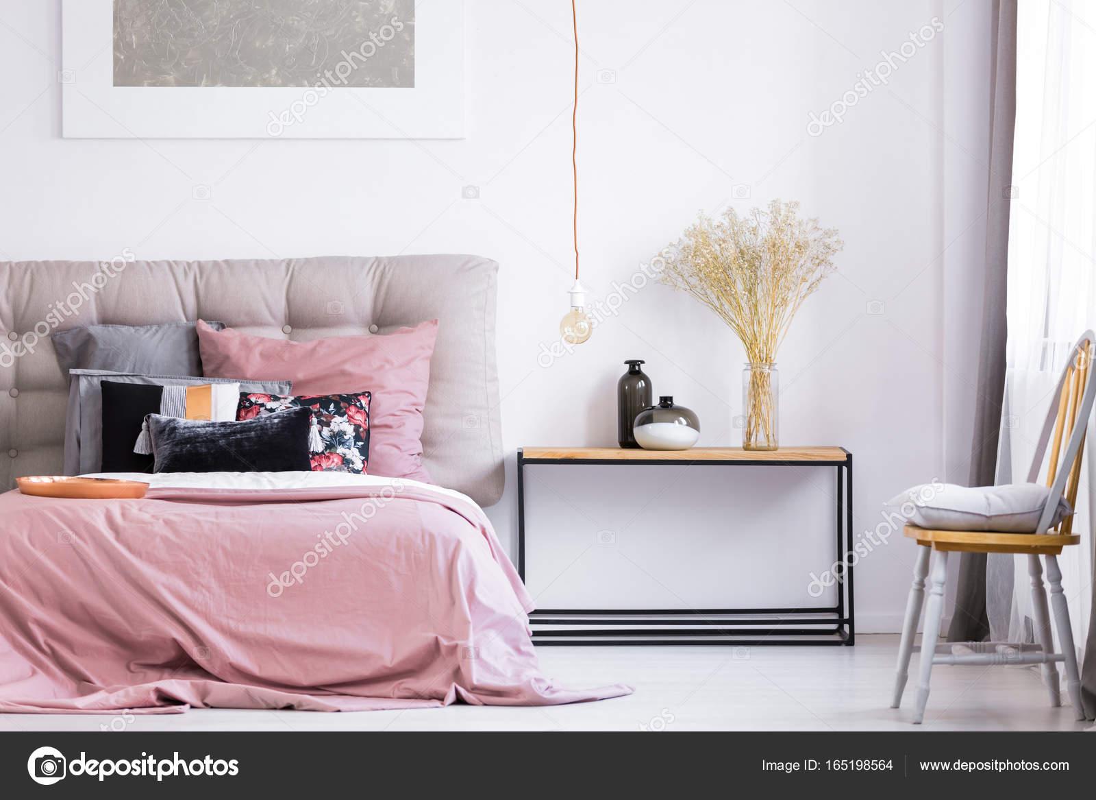 Chambre moderne avec chaise orange — Photographie photographee.eu ...