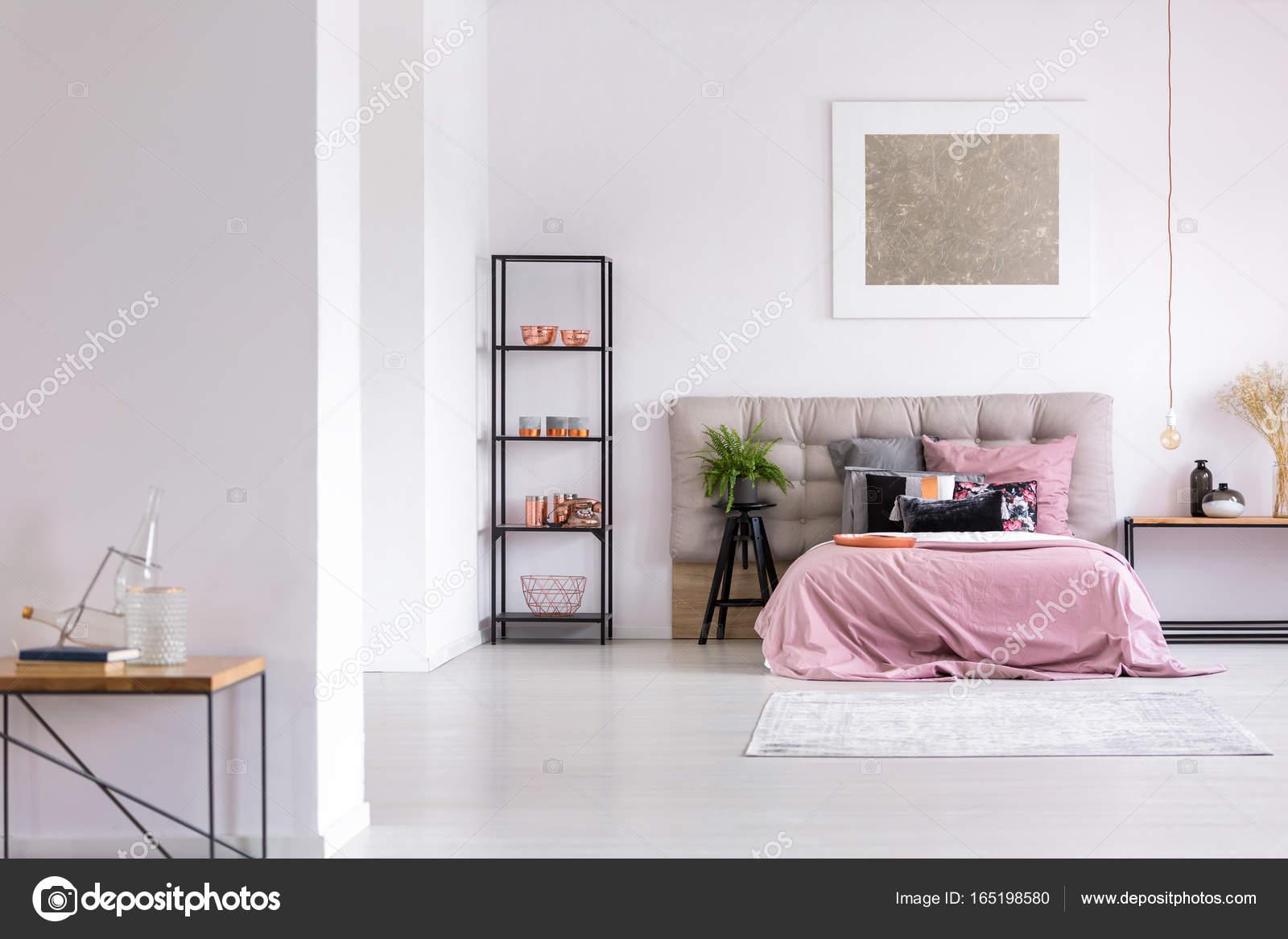 Moderne Schlafzimmer mit Kupfer Zubehör — Stockfoto © photographee ...