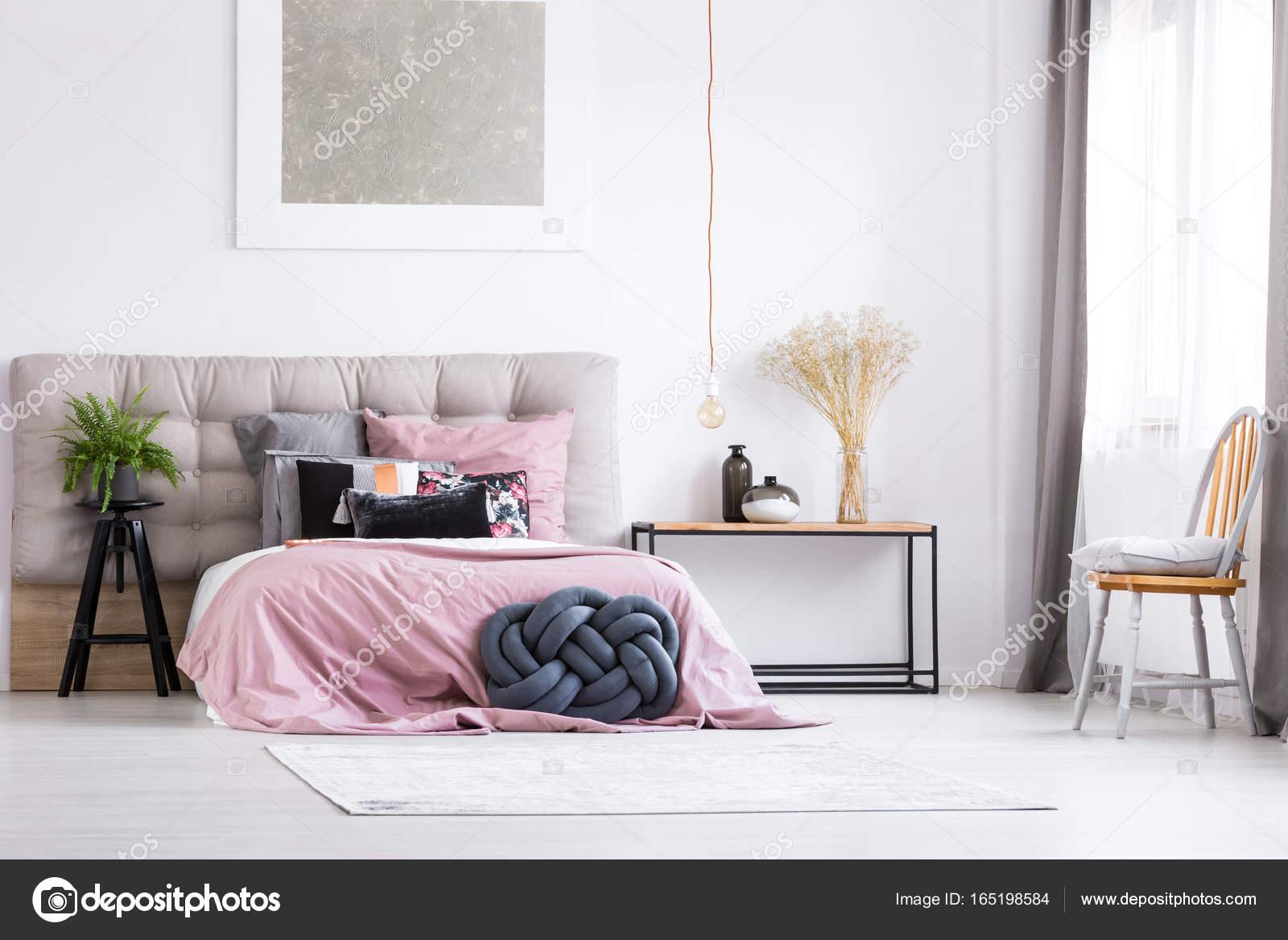 trendy slaapkamer met oranje stoel stockfoto