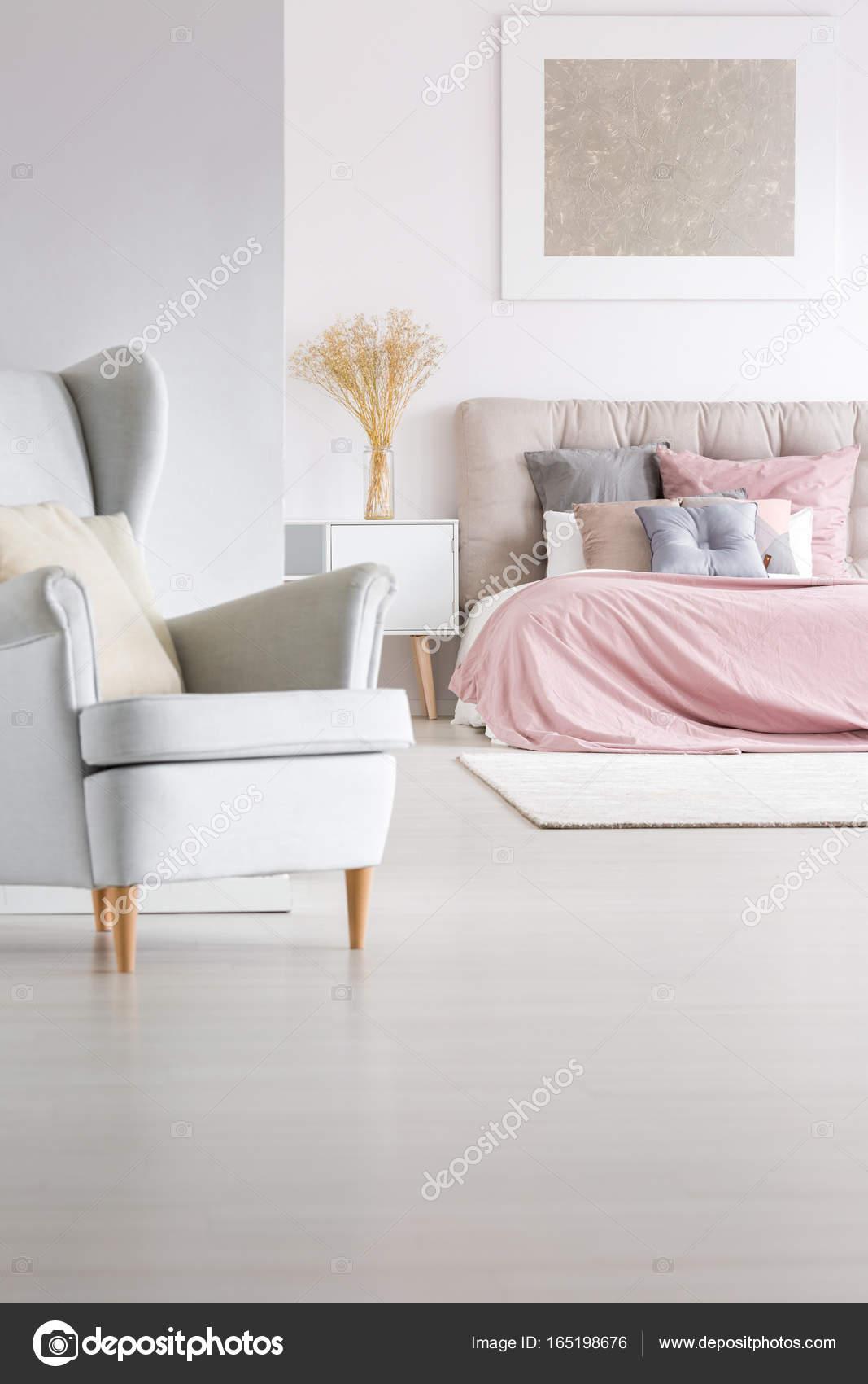 Szary Fotel W Sypialni Modna Zdjęcie Stockowe