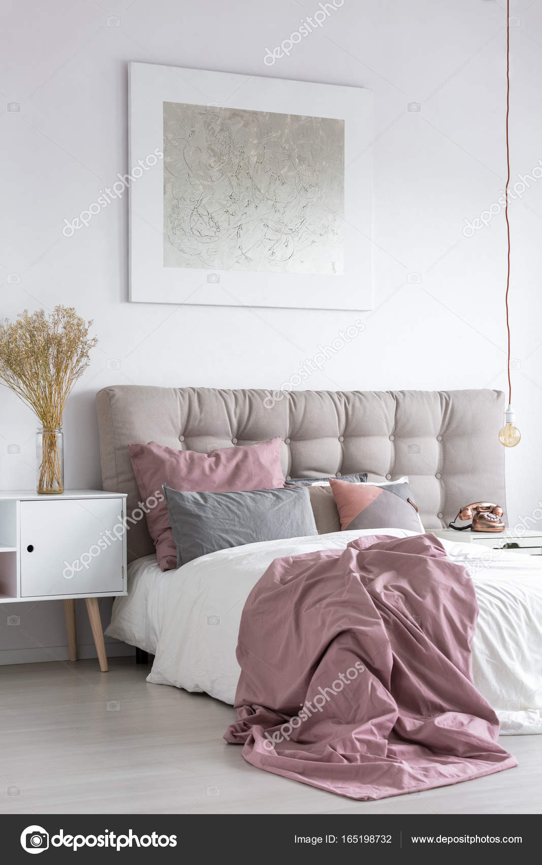 pastel slaapkamer met grijs schilderen stockfoto