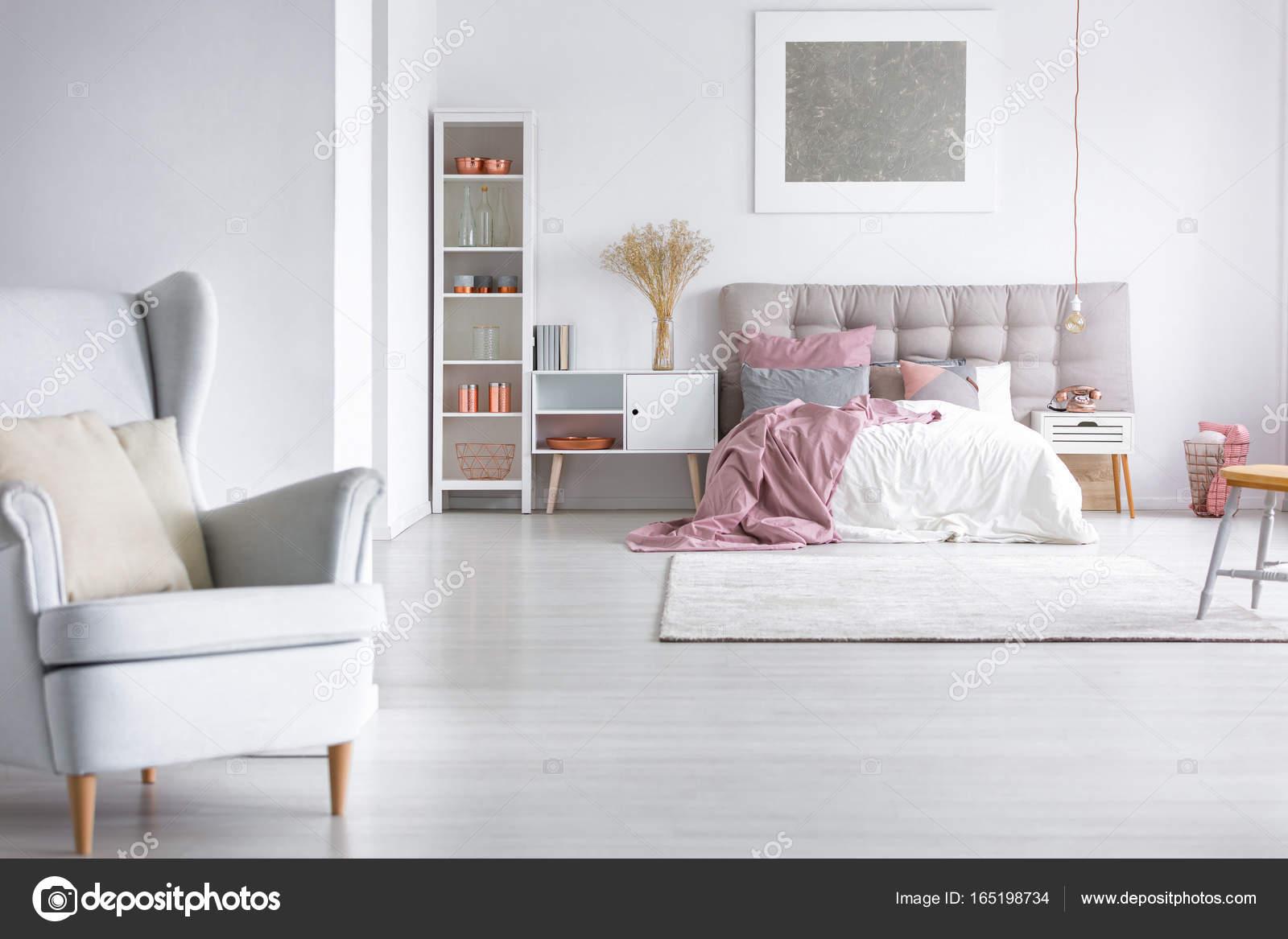 Graue Sessel in gemütliche Schlafzimmer — Stockfoto © photographee ...
