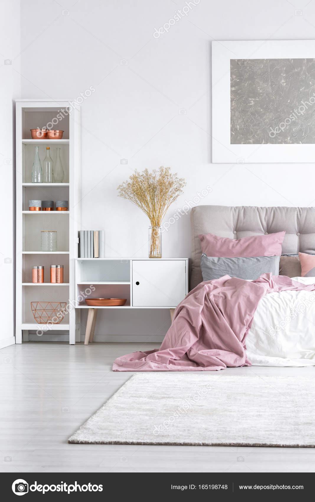 Edredón de cama con pastel rosa — Foto de stock © photographee.eu ...