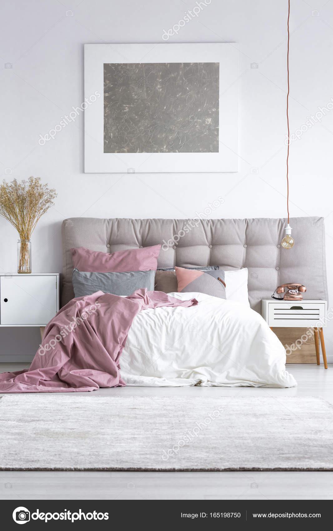 Grijs tapijt in lichte slaapkamer — Stockfoto © photographee.eu ...