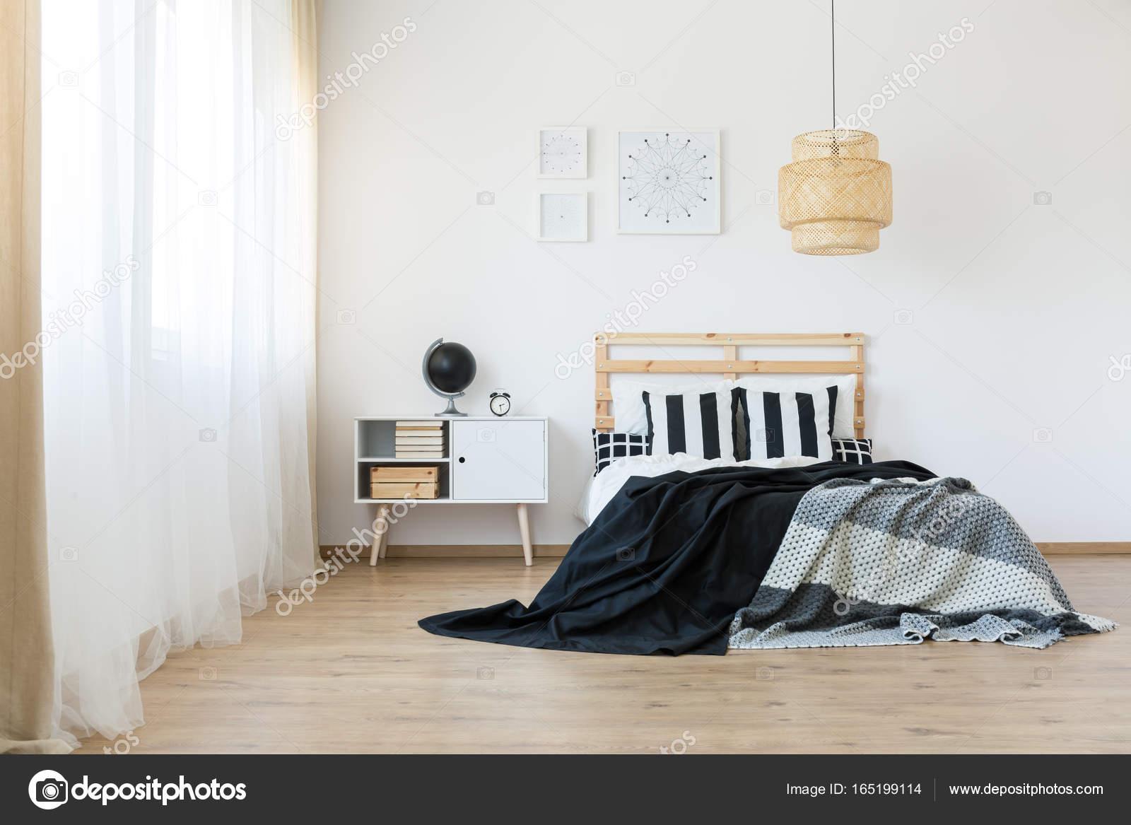 https://st3.depositphotos.com/2249091/16519/i/1600/depositphotos_165199114-stockafbeelding-ruime-en-lichte-slaapkamer.jpg
