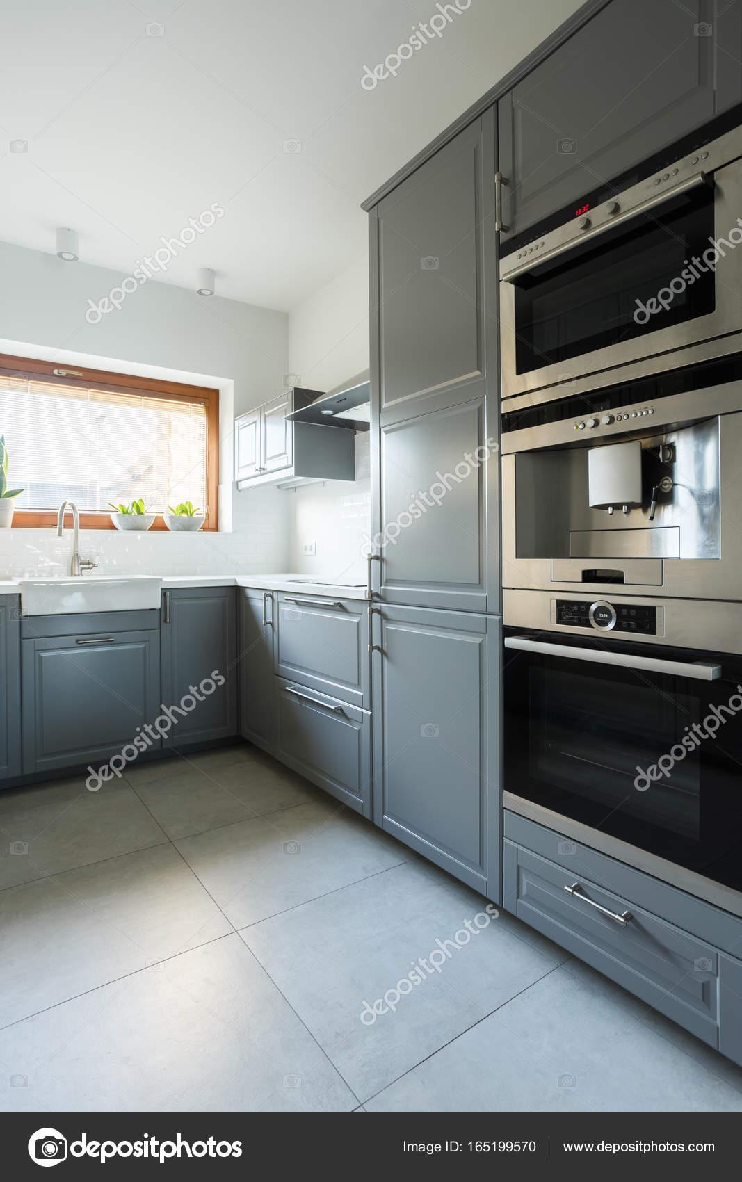 https://st3.depositphotos.com/2249091/16519/i/1600/depositphotos_165199570-stockafbeelding-keuken-met-olijfgroen-kasten.jpg