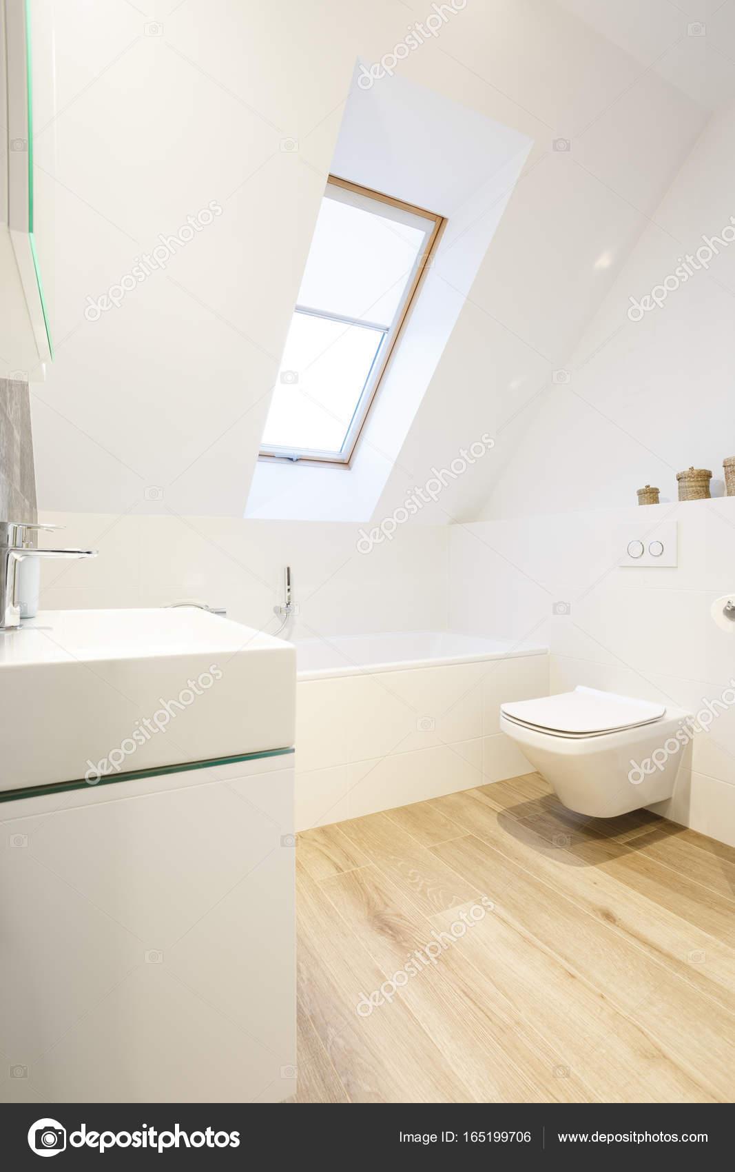 Witte badkamer met houten vloer — Stockfoto © photographee.eu #165199706