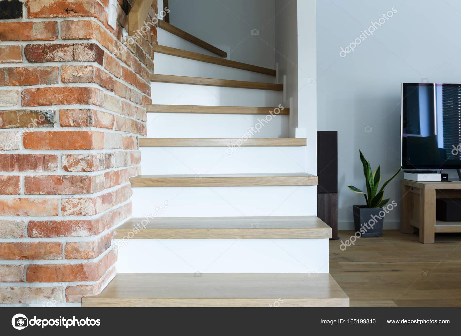 Pared de ladrillo y escaleras de madera foto de stock - Escaleras de ladrillo ...