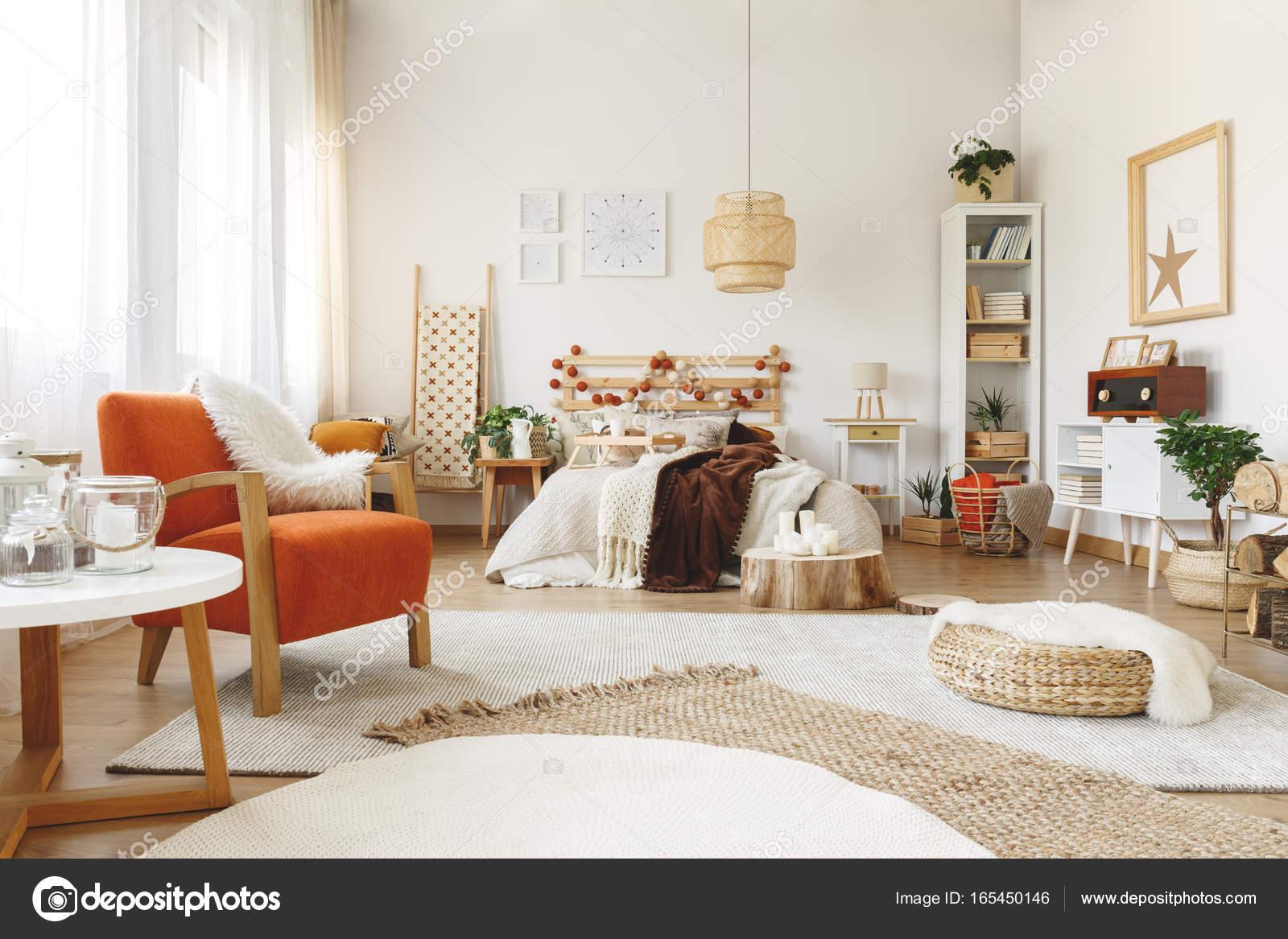 Pomarańczowy Fotel W Sypialni Zdjęcie Stockowe
