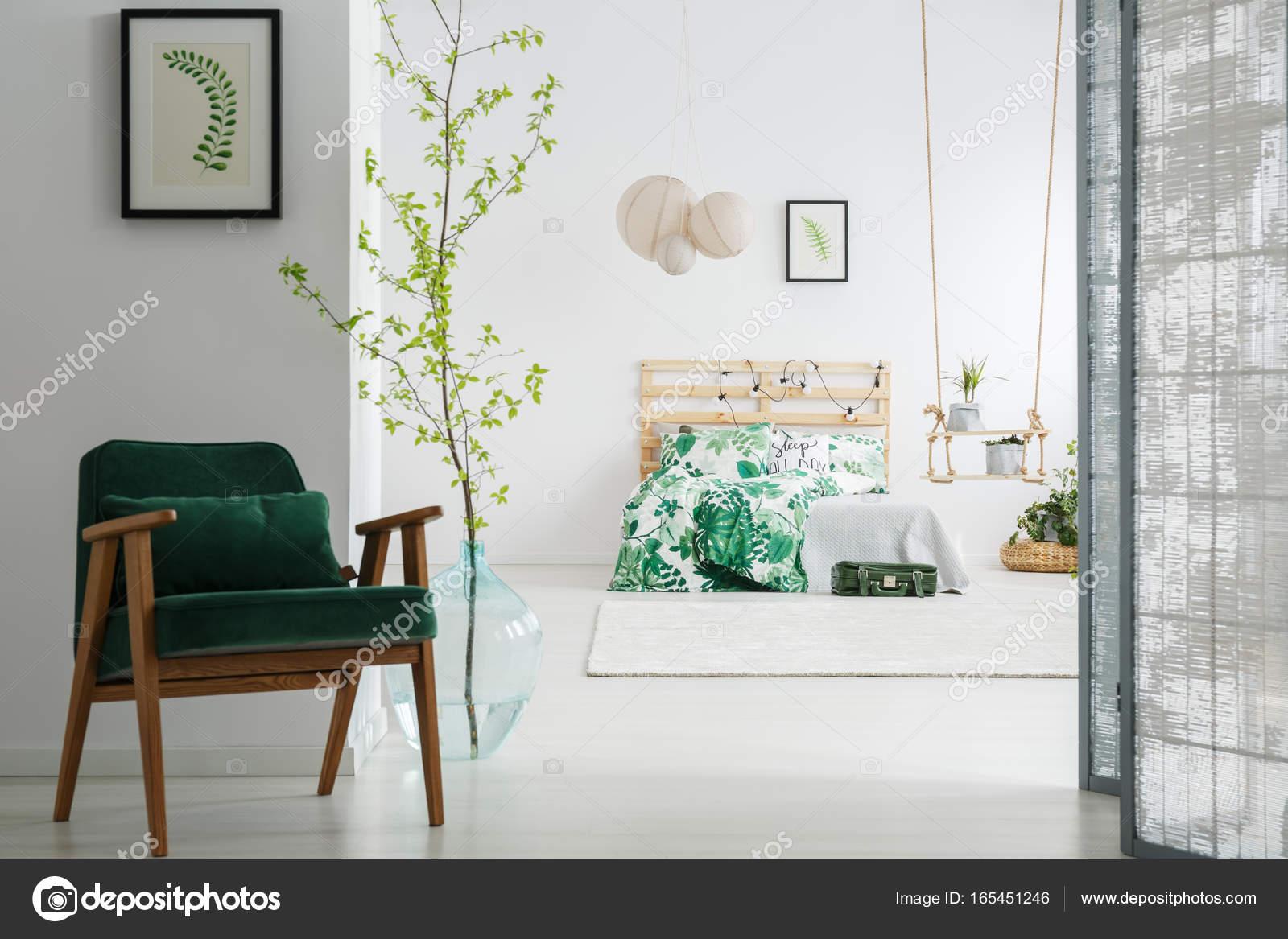 Dunkel grünen Stuhl im Schlafzimmer — Stockfoto © photographee.eu ...