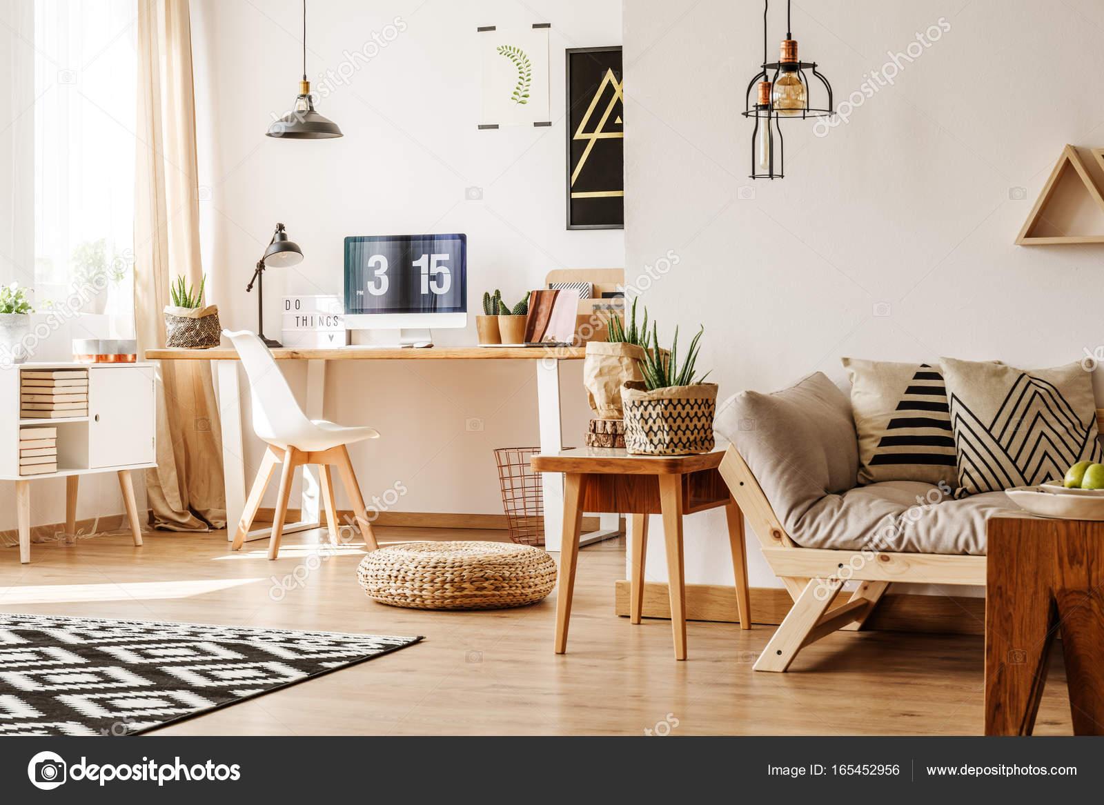 Modernes Loft mit natürlichen Accessoires — Stockfoto © photographee ...