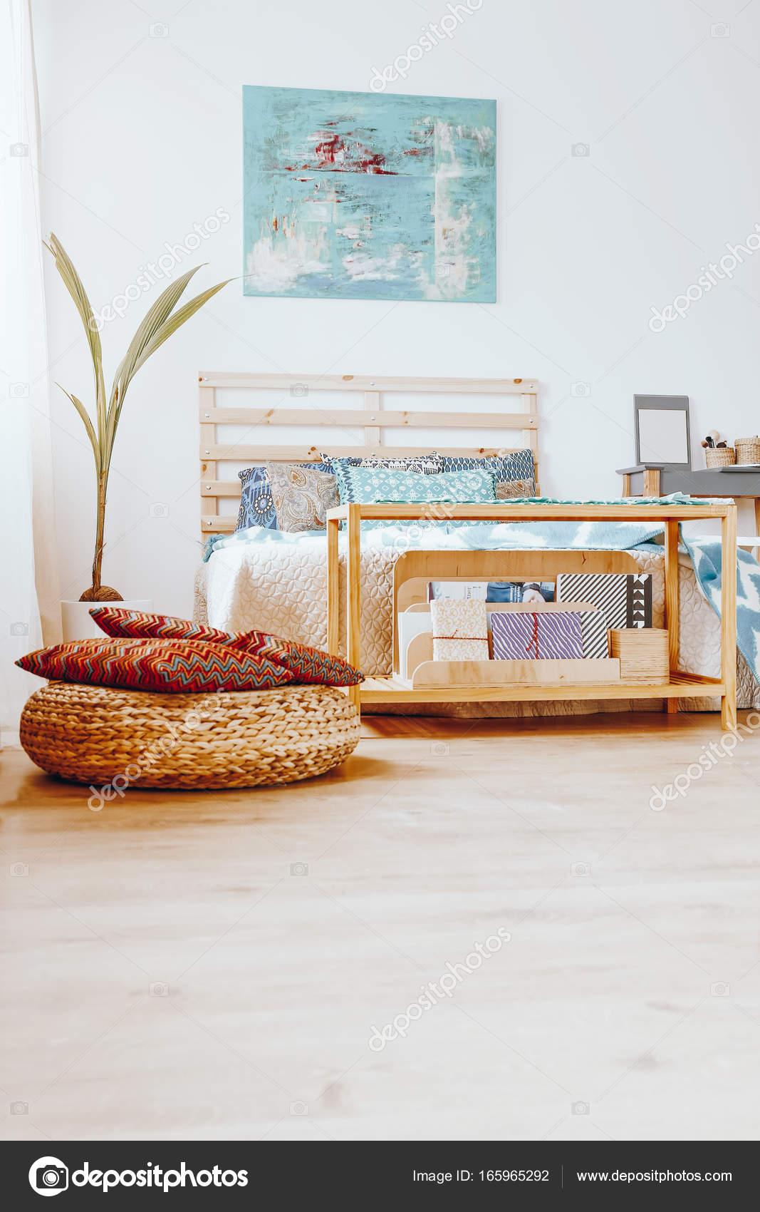 Eenvoudige slaapkamer met blauw schilderij — Stockfoto ...