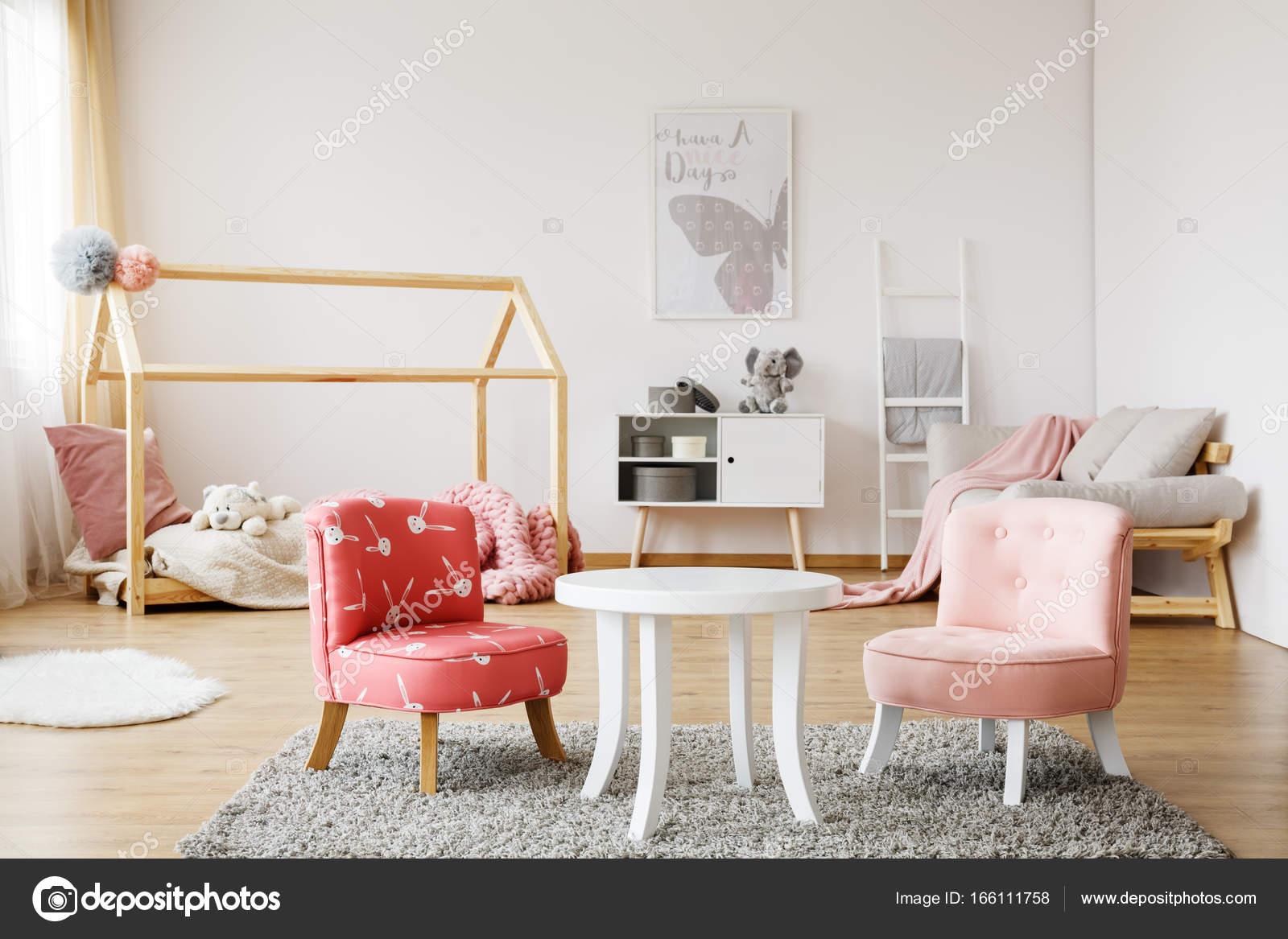 Petites Chaises Colorées Avec Une Table Basse Blanc Sur Gris Tapis Dans La  Chambre Du0027enfant Style Scandinave U2014 Image De ...
