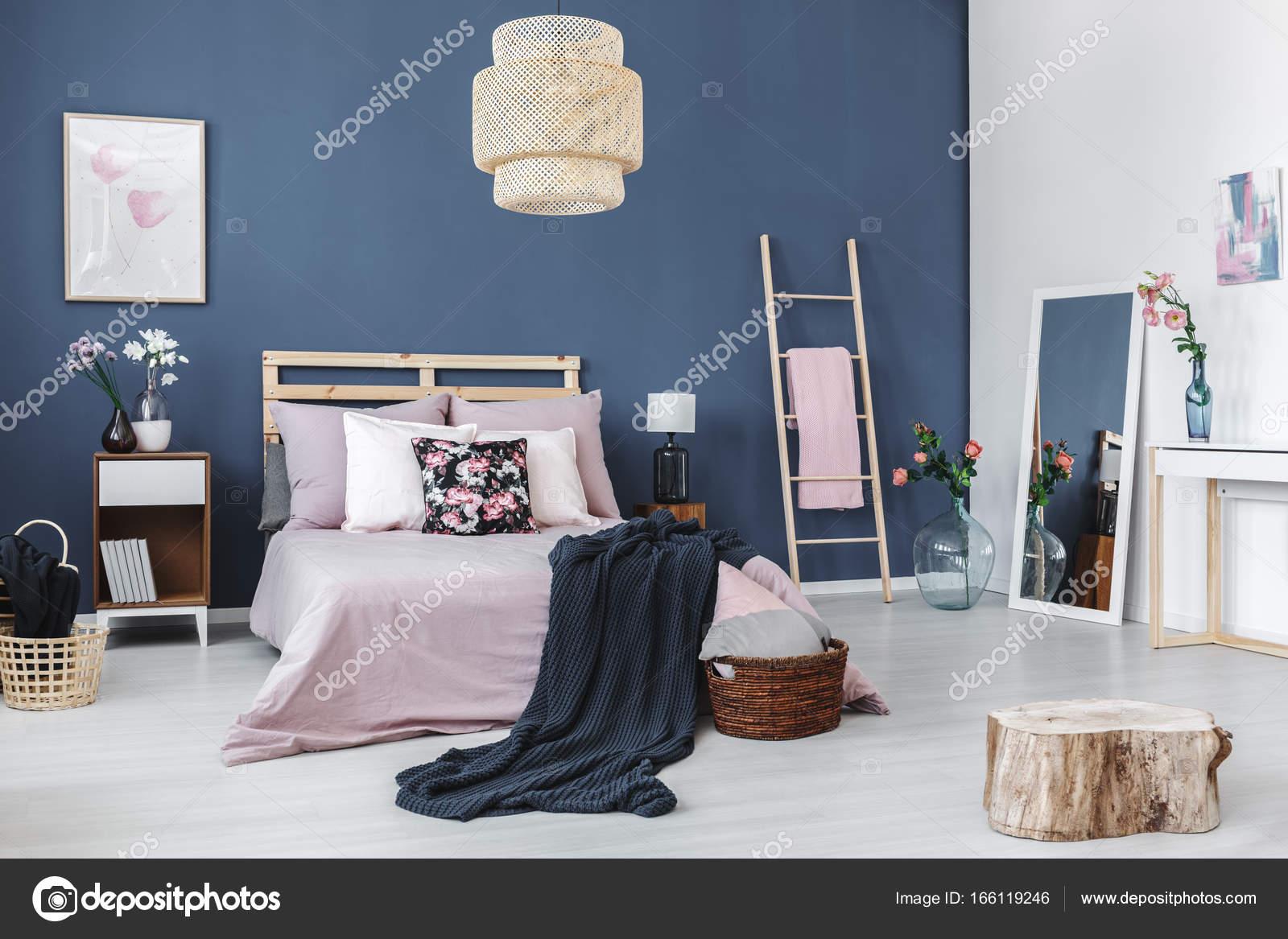 Sgabello in legno piano lucido u foto stock photographee eu