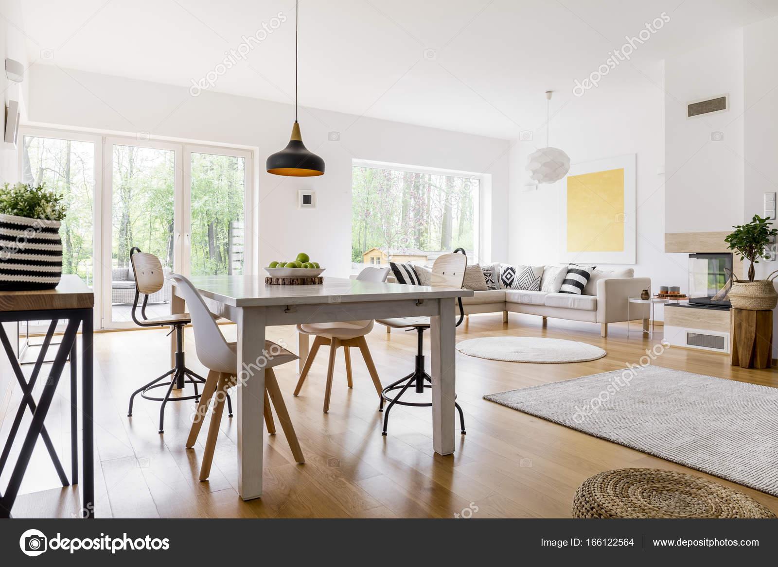 Tapijt In Woonkamer : Gedessineerde tapijt in woonkamer u stockfoto photographee eu