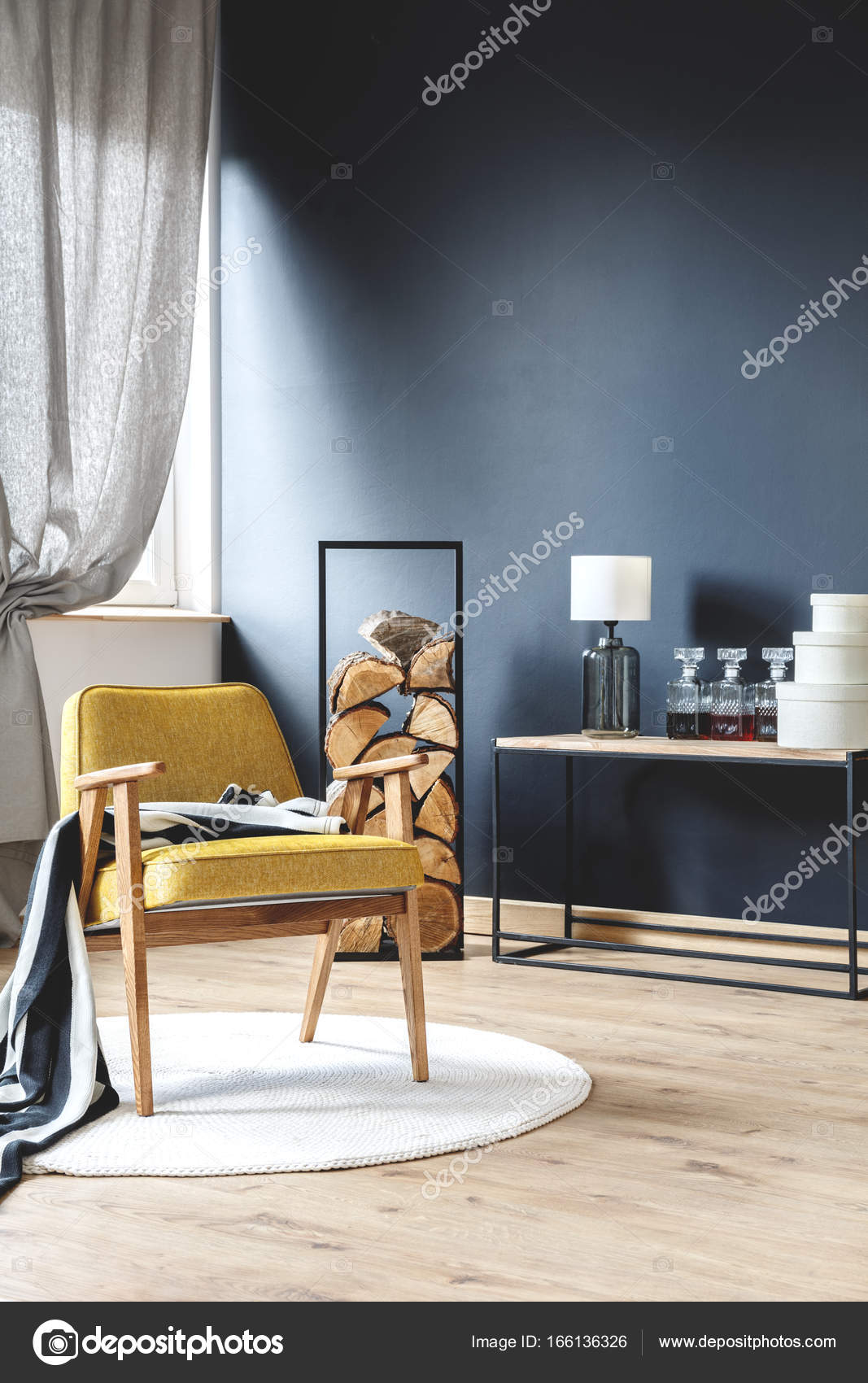 Hölzerne Gelbe Sessel Mit Decke Stehen Auf Weißen Teppich In Stilvollen  Wohnzimmer Mit Holz, Schwarze Wand Und Graue Gardinen U2014 Foto Von  Photographee.eu