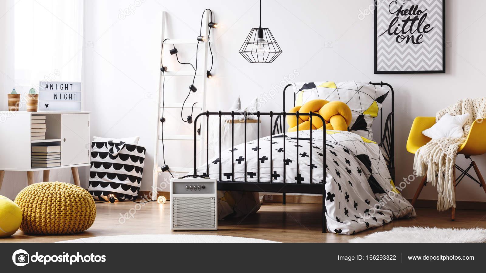 Bambini camera da letto con mobili giallo — Foto Stock ...