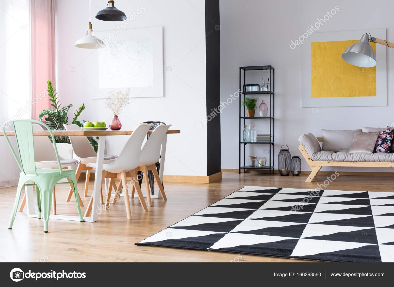 Luminoso comedor con Alfombra geométrica — Fotos de Stock ...