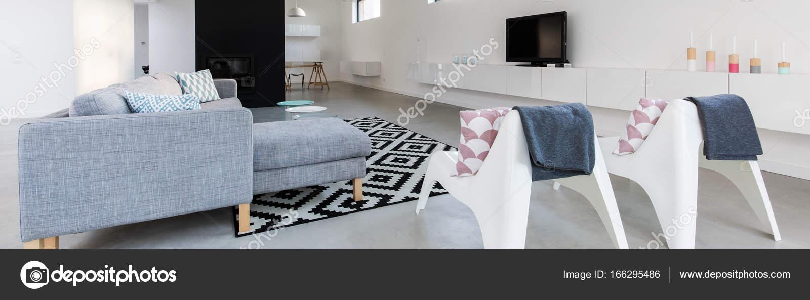 Modern eingerichtetes Wohnzimmer — Stockfoto © photographee.eu ...