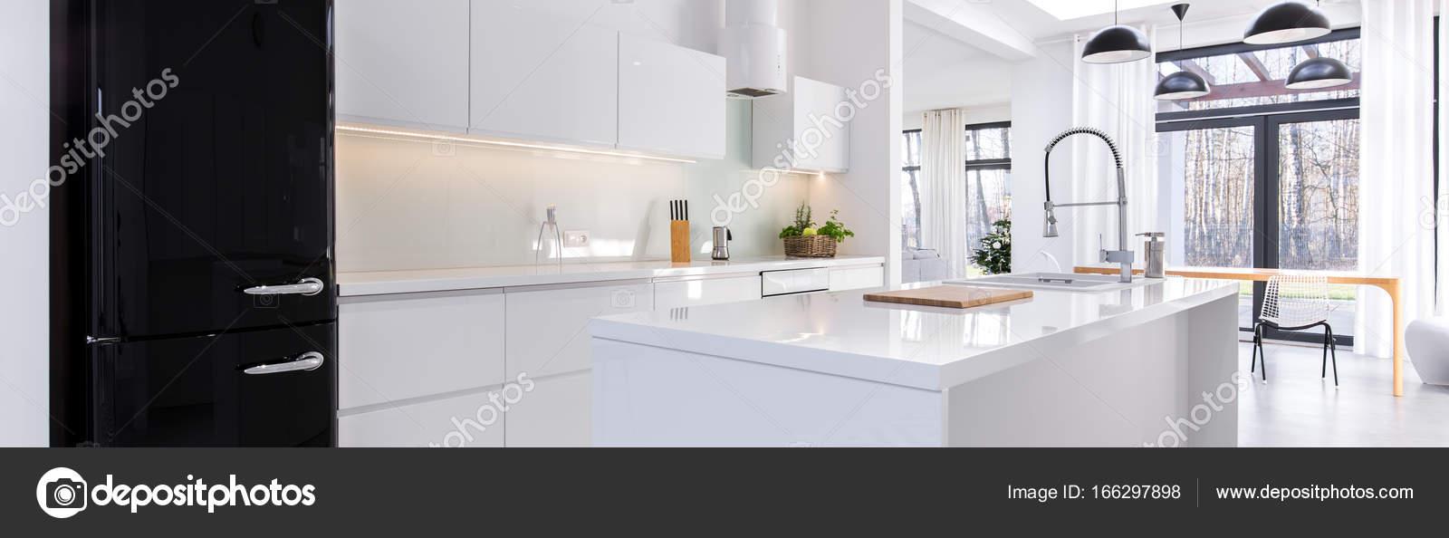 Moderne Küche mit schwarzer Kühlschrank — Stockfoto © photographee ...