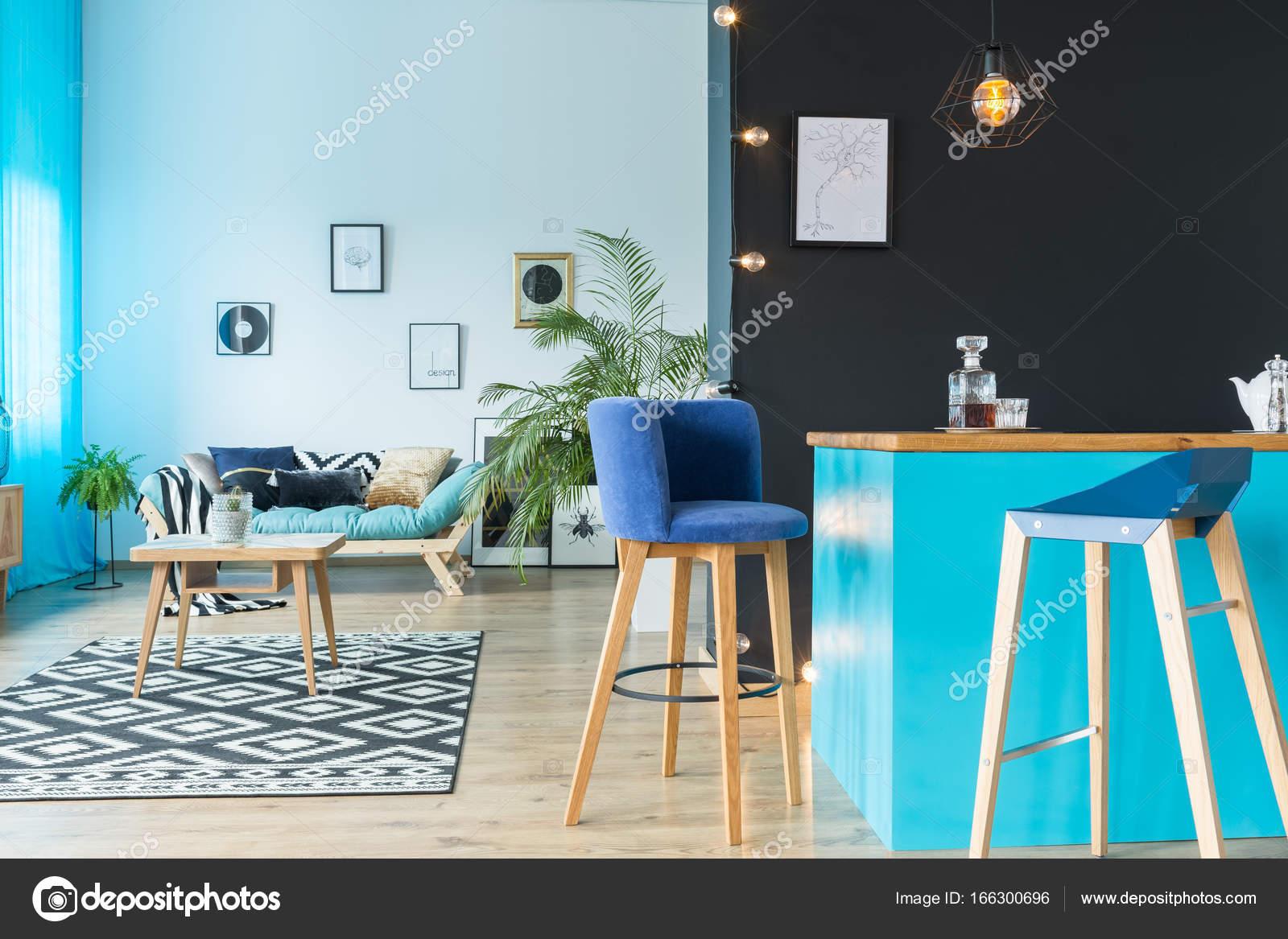 Sgabello da bar in pelle scamosciata blu u foto stock