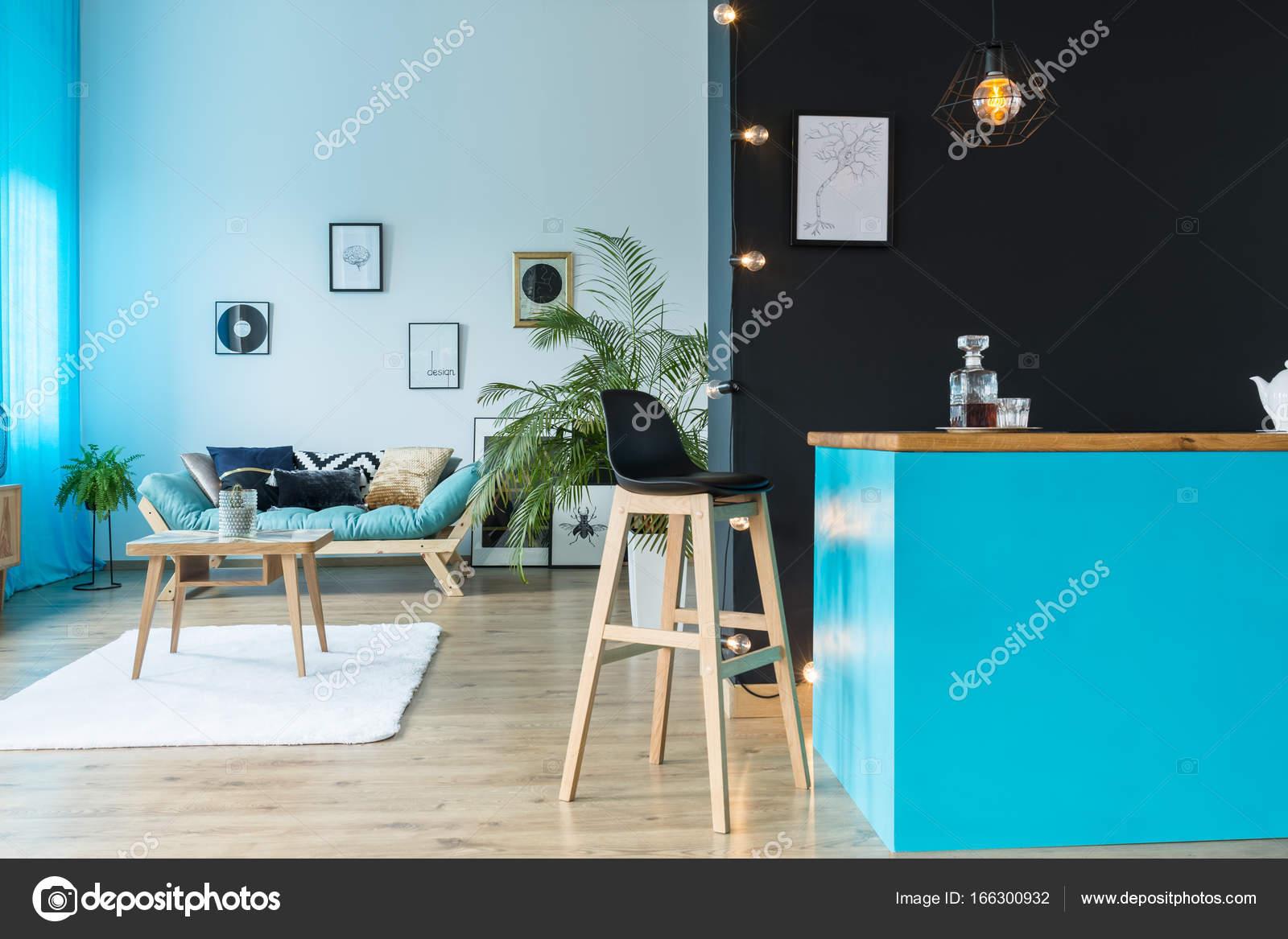 Quarto Com Ilha De Cozinha Azul Fotografias De Stock
