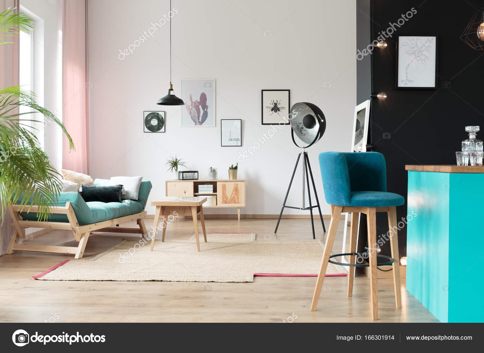 Sgabello da bar blu nella zona cucina u foto stock
