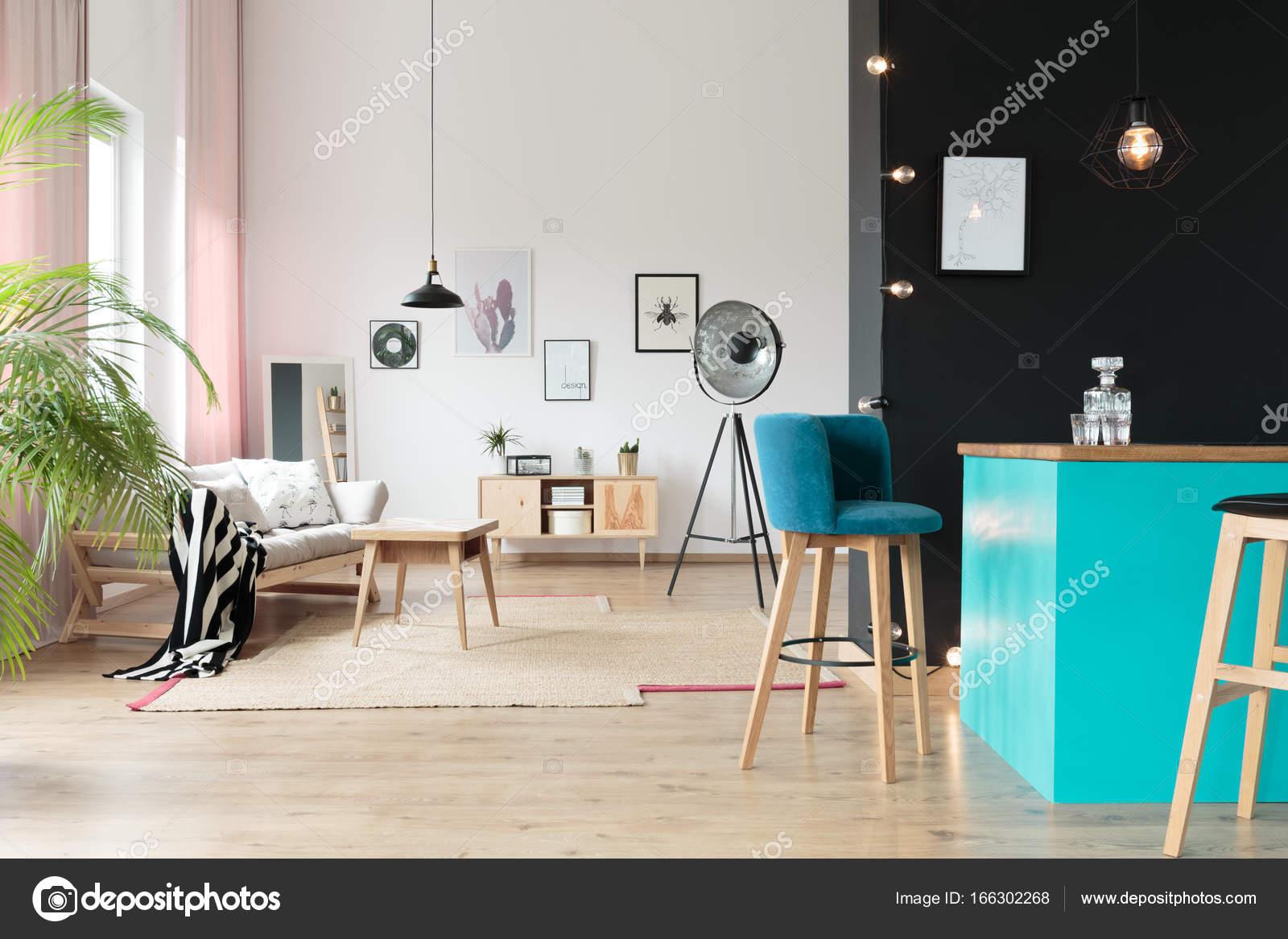 Offener Raum mit blauen minibar — Stockfoto © photographee.eu #166302268