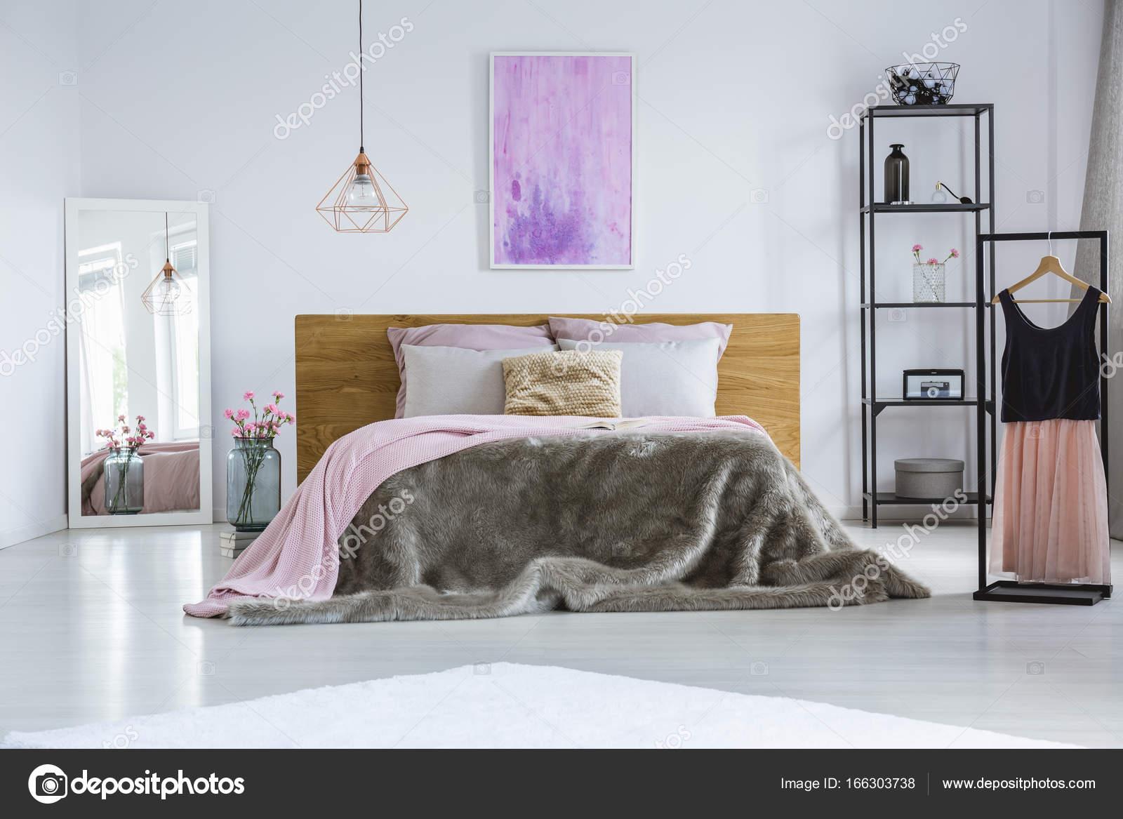 Cama King size y vestido elegante — Fotos de Stock © photographee.eu ...
