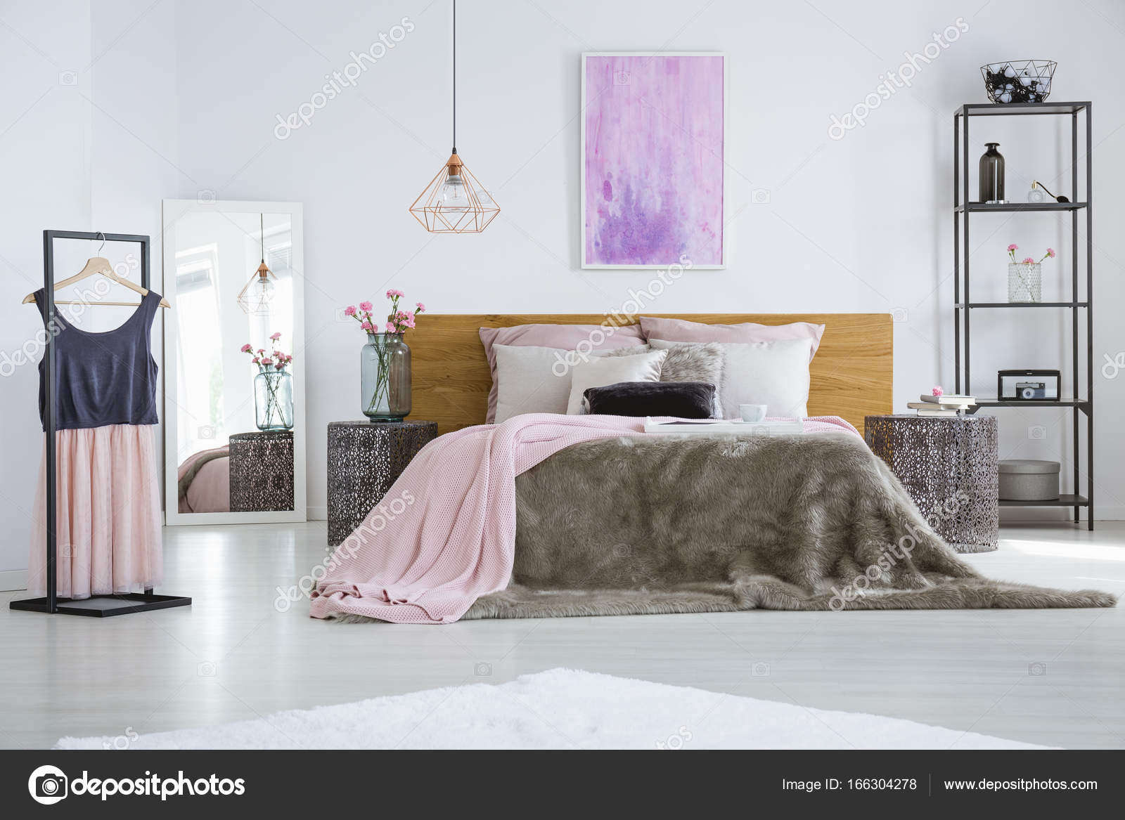 Industriële lamp in slaapkamer interieur — Stockfoto © photographee ...