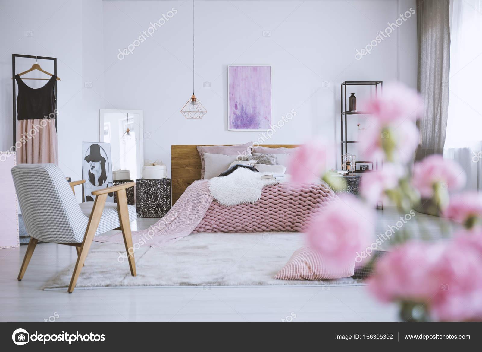 Fiori in camera da letto rosa elegante — Foto Stock © photographee ...