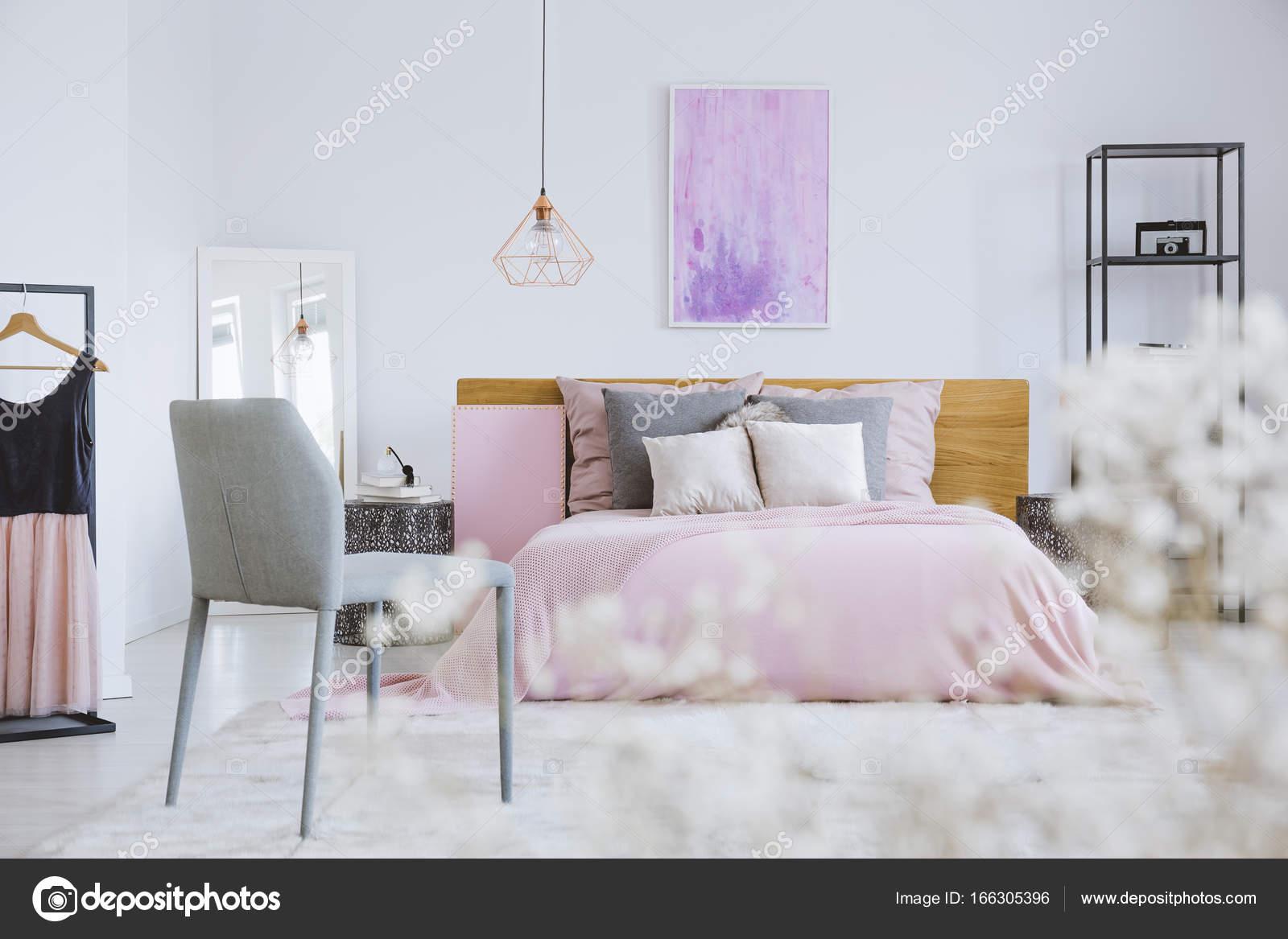 Camera Letto Rosa : Fiori bianchi in camera da letto rosa u foto stock photographee