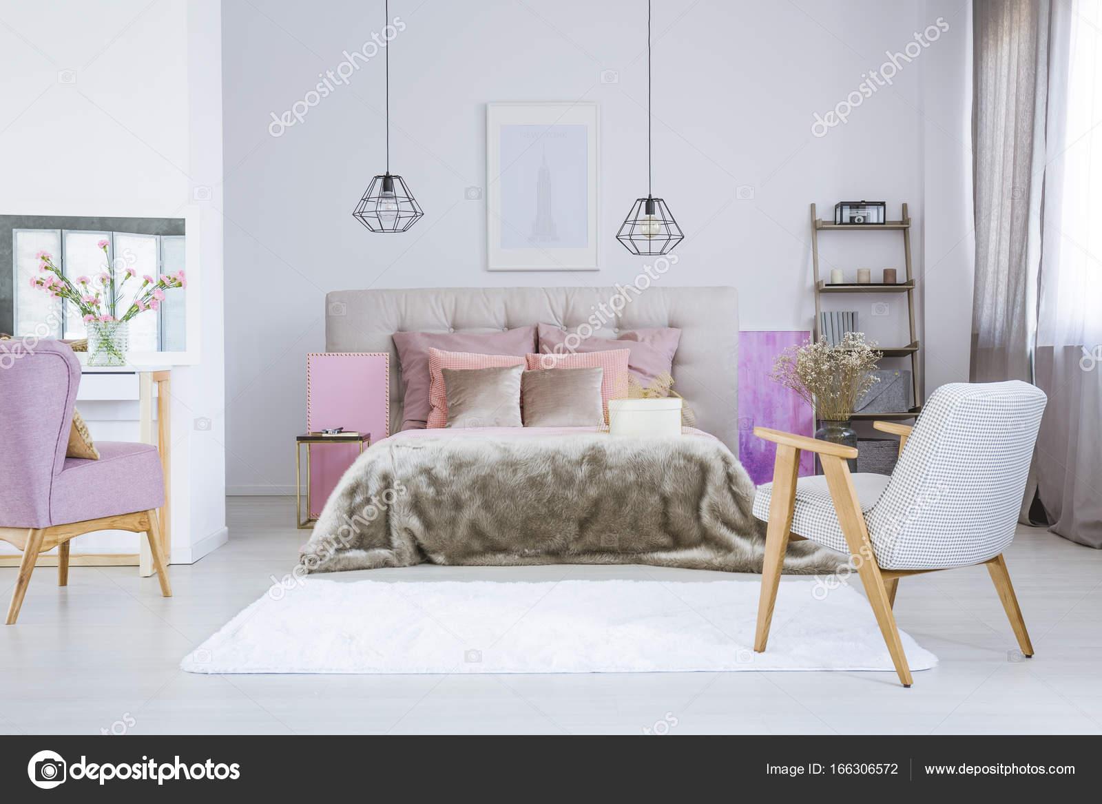 An Weißer Wand über Graue Bett Mit Rosa Zubehör Und Pelz Bettdecke Im  Geräumigen Schlafzimmer Hängen Poster U2014 Foto Von Photographee.eu
