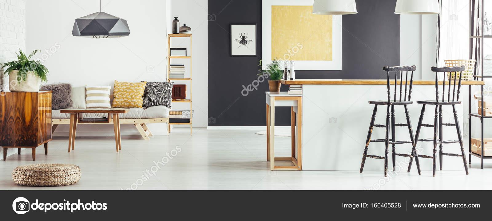 Einfach Sofa und Küche Insel — Stockfoto © photographee.eu #166405528