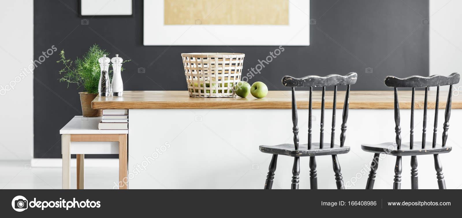Bar-Stühlen an Kücheninsel — Stockfoto © photographee.eu #166408986