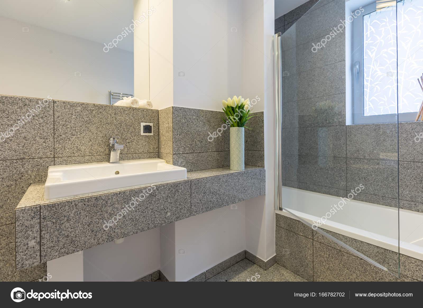 Bagno con piastrelle in marmo u foto stock photographee eu