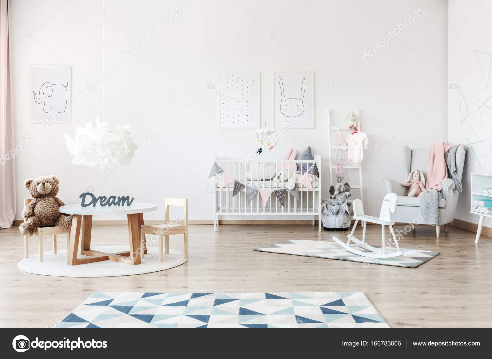 de slaapkamer van kind met speelgoed stockfoto