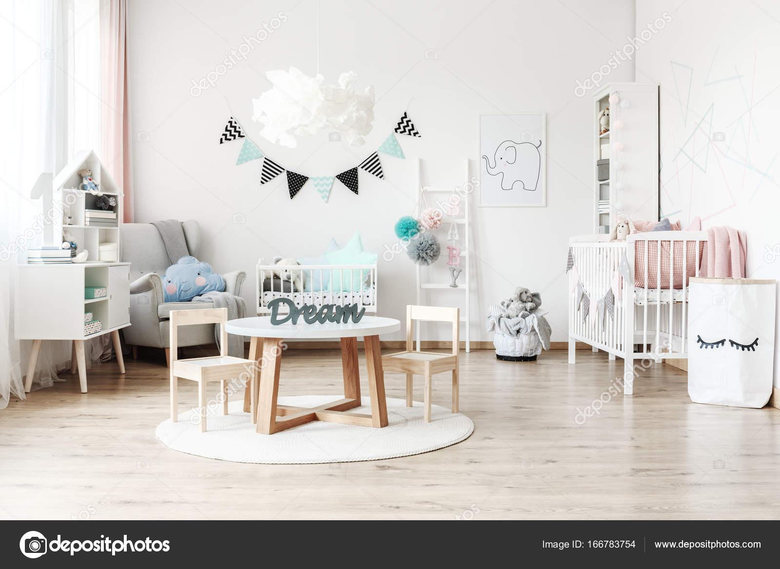 Habitacin infantil con muebles blancos Foto de stock