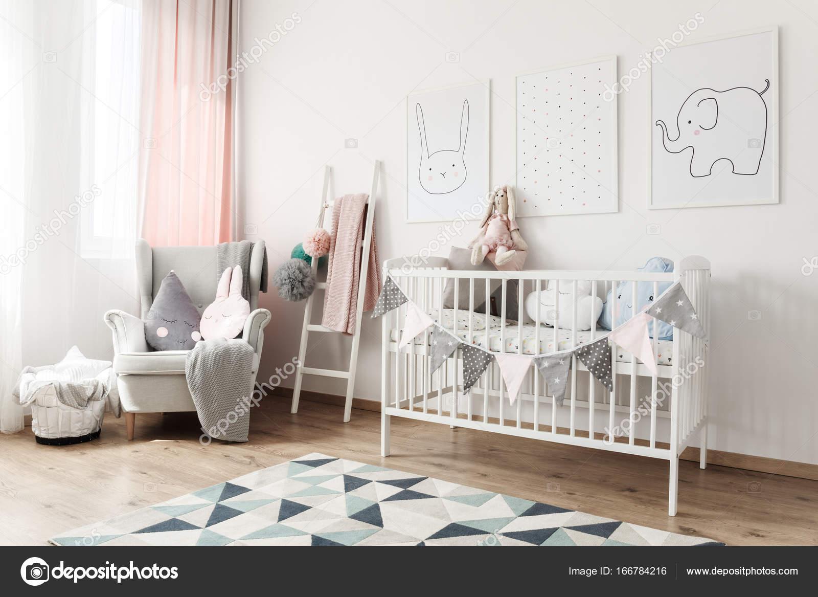 Habitación de bebé blanco con cuadros — Foto de stock © photographee ...