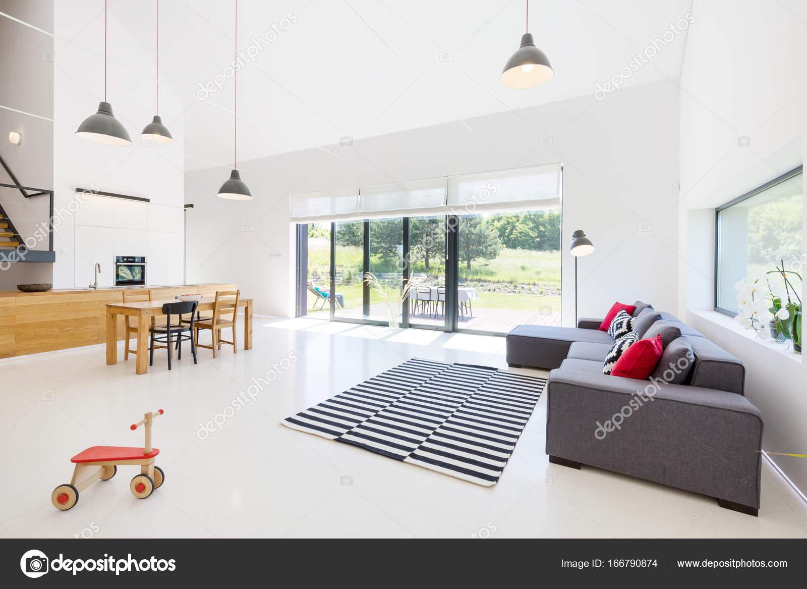 Wohnzimmer mit offener Küche — Stockfoto © photographee.eu ...