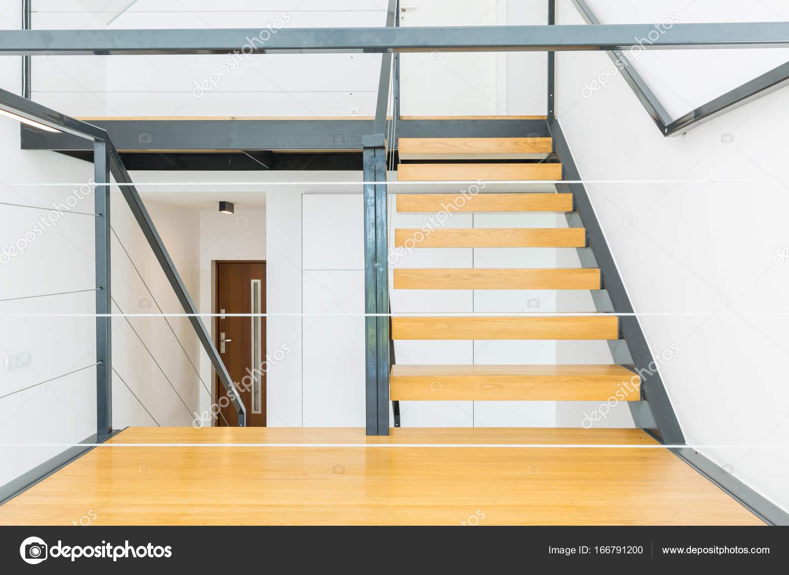 Escaleras de madera y barandilla de metal fotos de stock for Escaleras de metal y madera