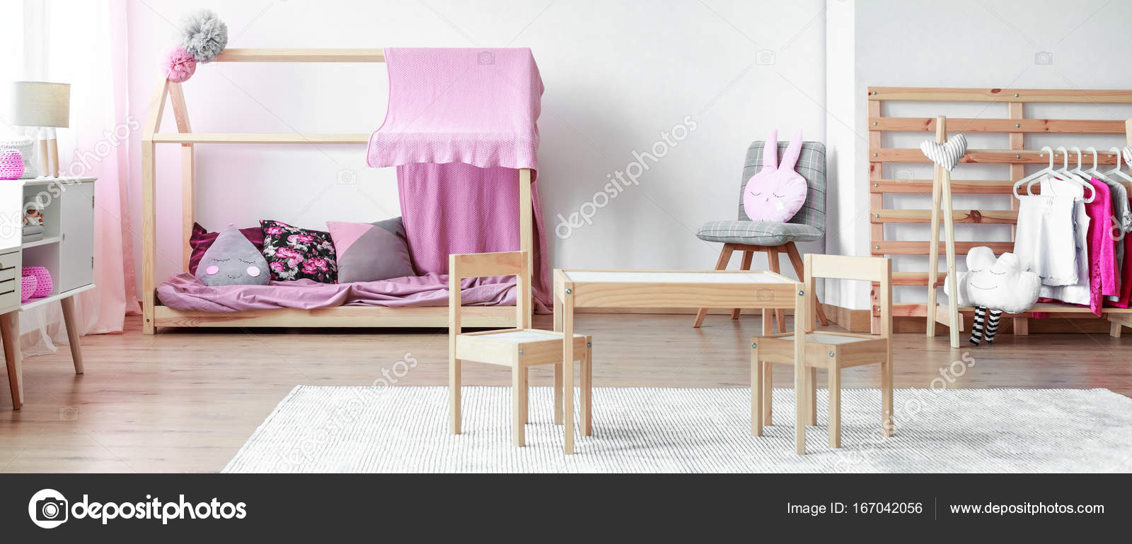 Arredato camera da letto della ragazza rosa pastello — Foto Stock ...